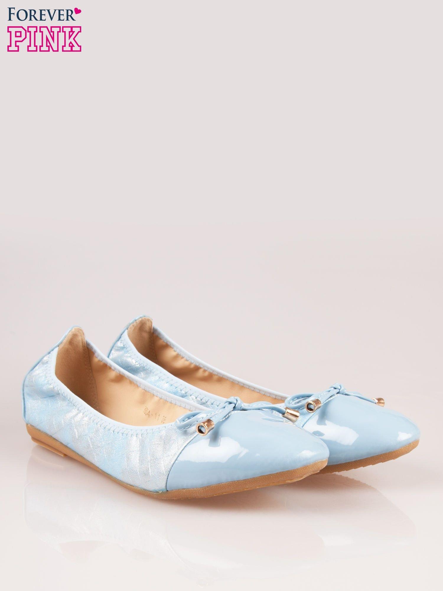 Niebieskie pikowane baleriny na gumkę z lakierowanym noskiem                                  zdj.                                  2