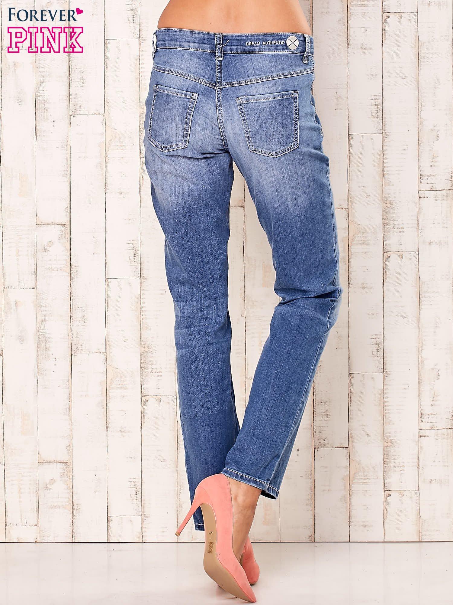 Niebieskie proste przecierane spodnie                                  zdj.                                  2