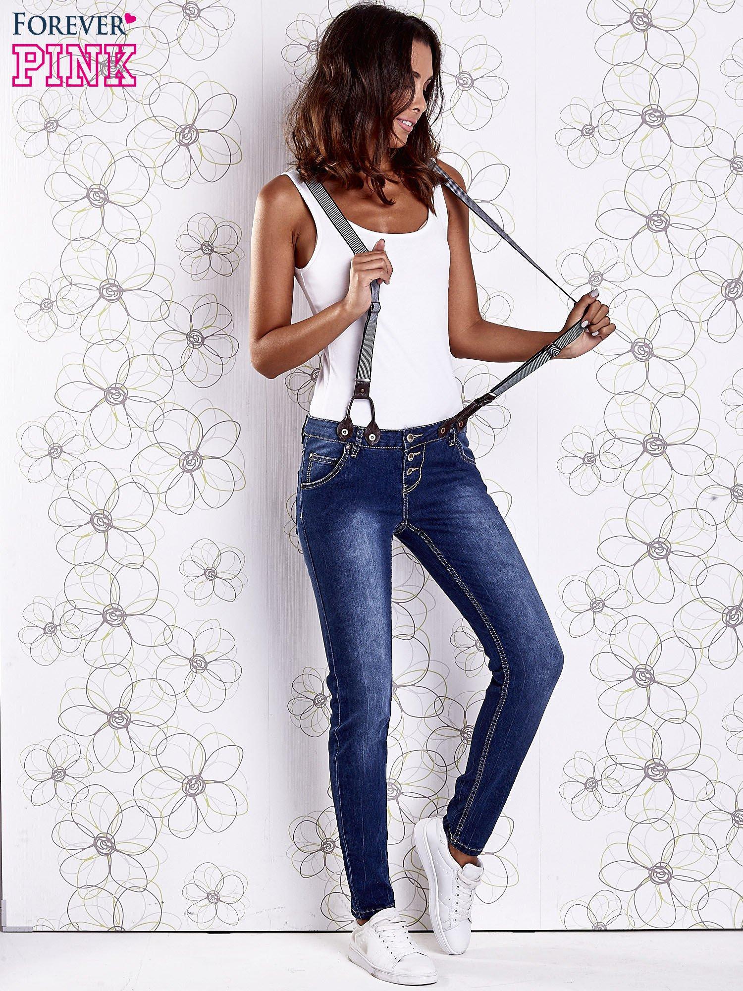 Niebieskie przecierane spodnie jeansowe z szelkami                                  zdj.                                  6