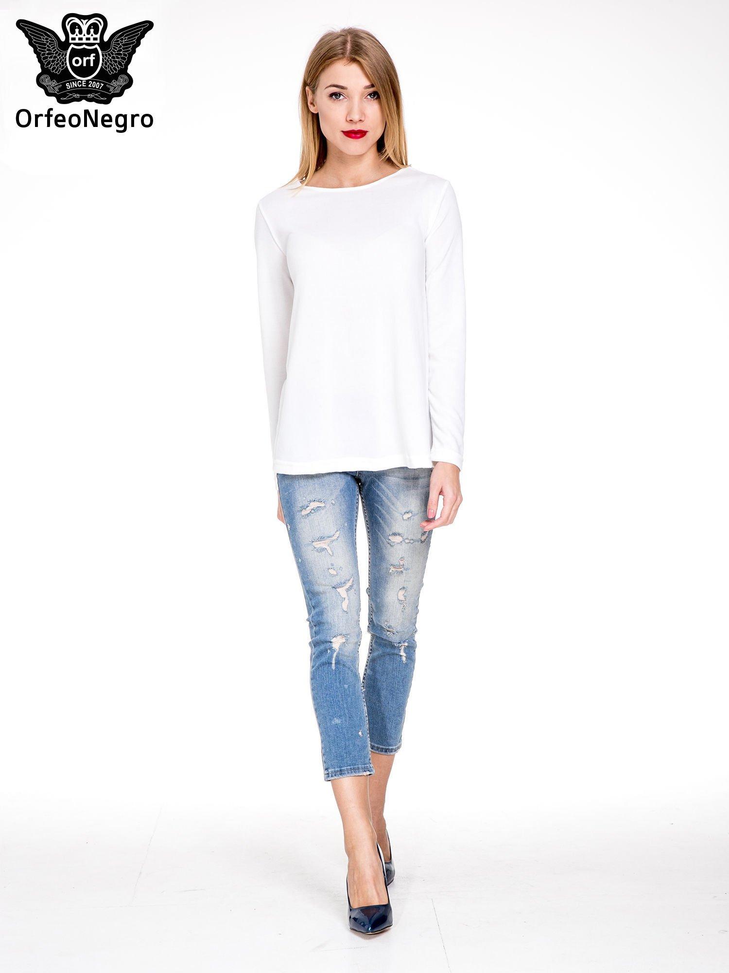 Niebieskie spodnie jeansowe do połowy łydki z licznymi przetarciami                                  zdj.                                  2