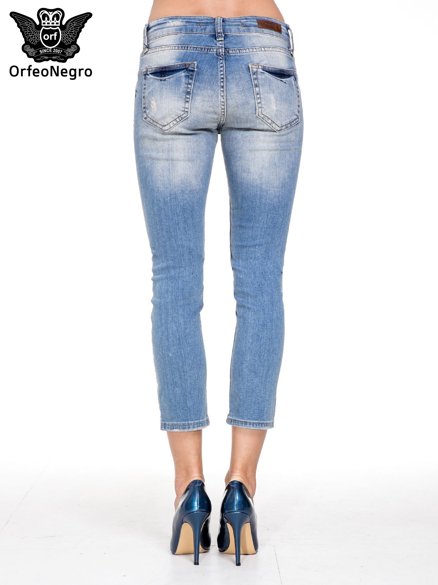 Niebieskie spodnie jeansowe do połowy łydki z licznymi przetarciami                                  zdj.                                  4