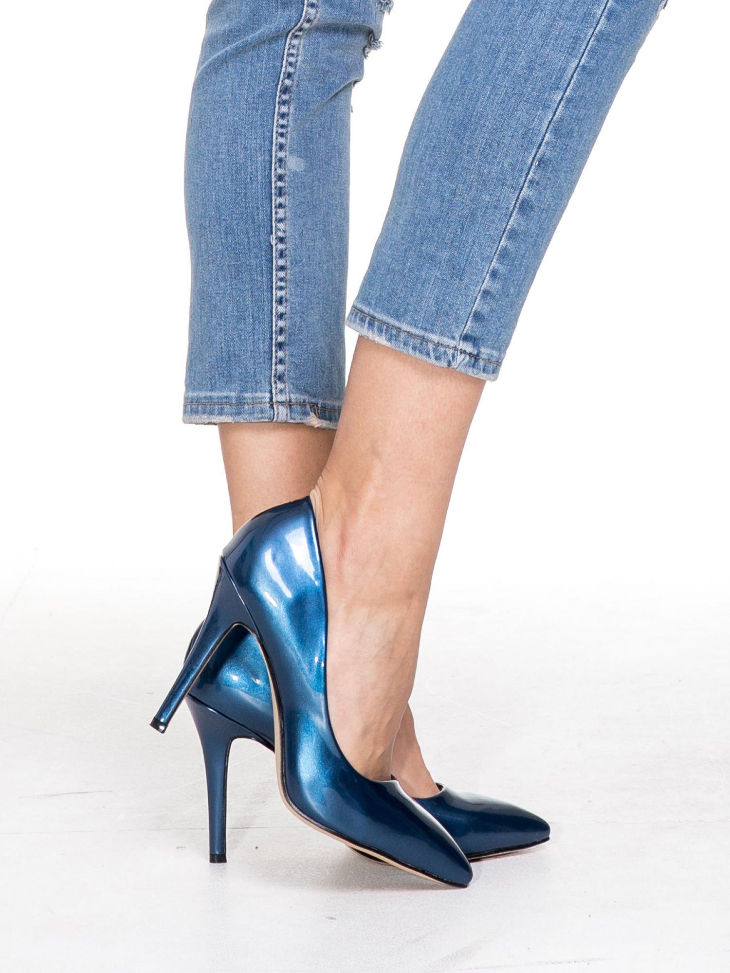 Niebieskie spodnie jeansowe do połowy łydki z licznymi przetarciami                                  zdj.                                  6