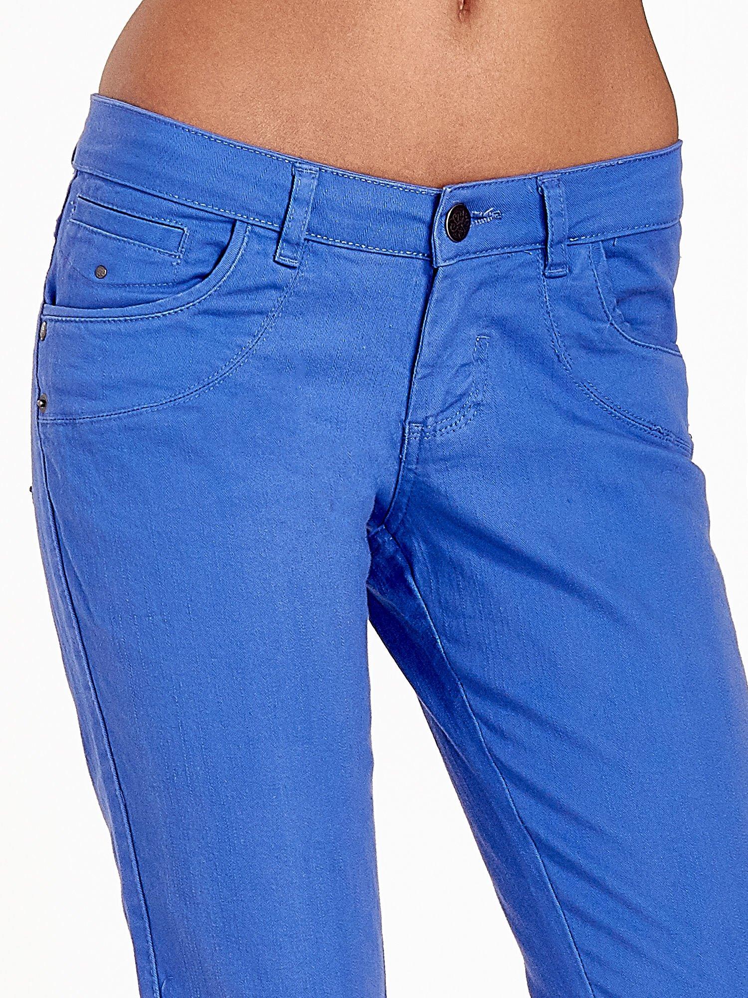 Niebieskie spodnie jeansowe rurki                                  zdj.                                  9