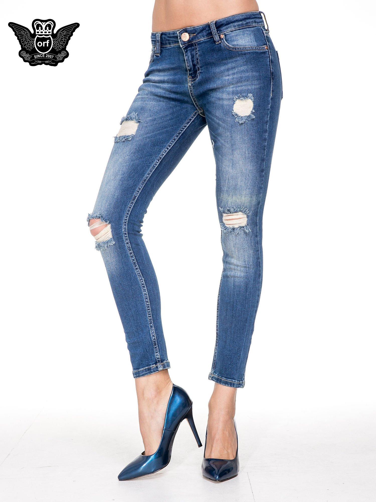 Niebieskie spodnie jeansowe rurki z dziurami i cieniowaniem                                  zdj.                                  1