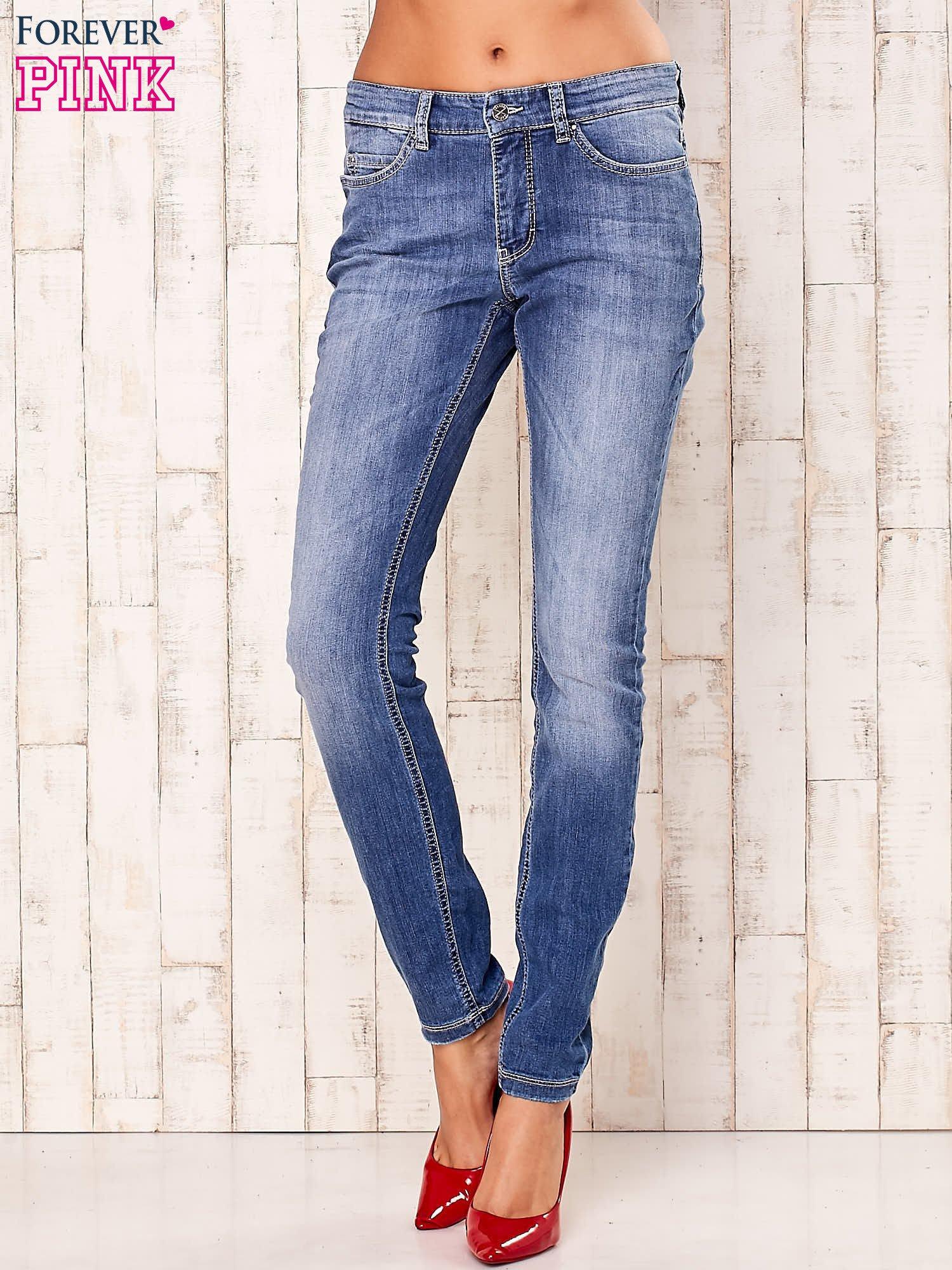 Niebieskie spodnie jeansy ze srebrnymi napami                                  zdj.                                  1