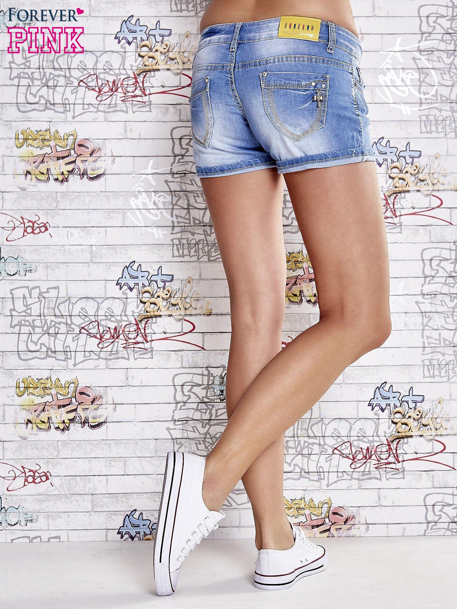Niebieskie szorty jeansowe z podwijaną nogawką                                  zdj.                                  2
