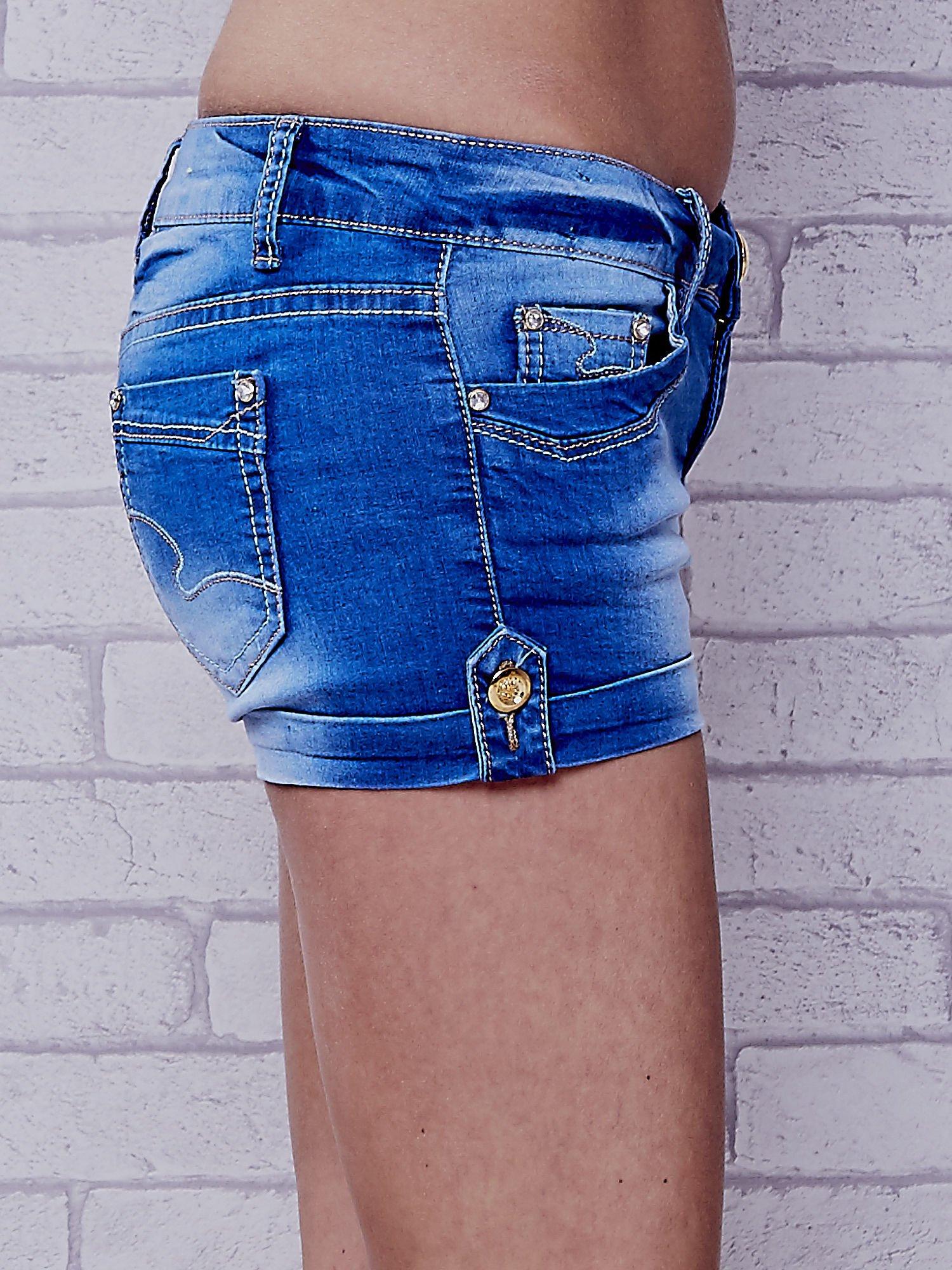 Niebieskie szorty jeansowe ze złotymi dżetami                                  zdj.                                  6