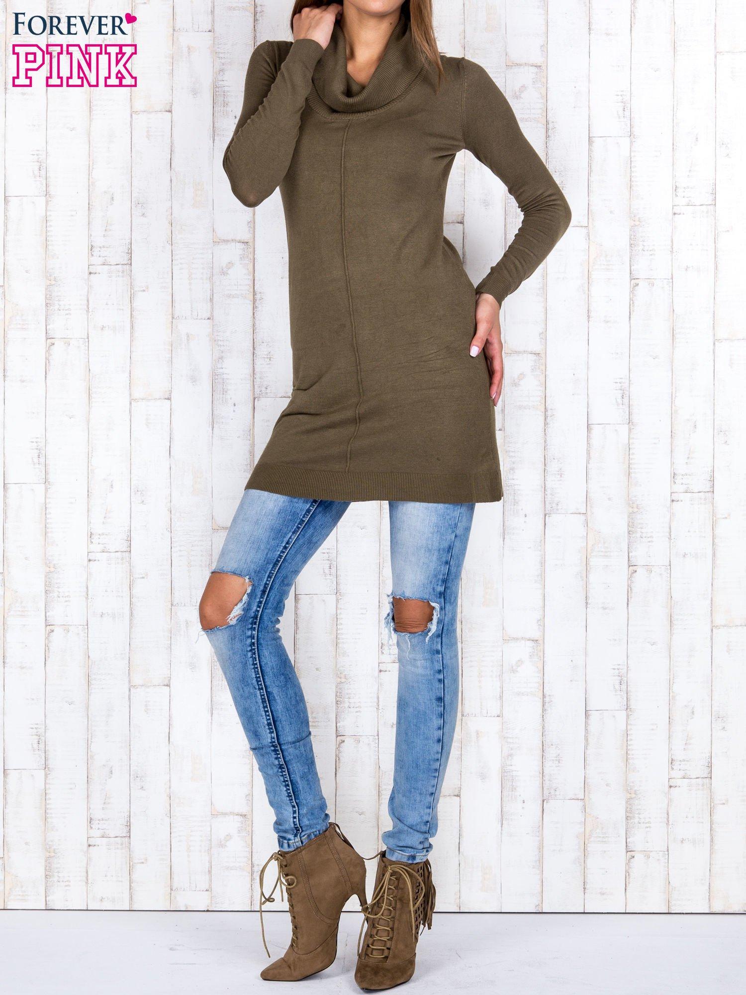 Oliwkowy długi sweter z golfem i dekoltem w prążki                                  zdj.                                  2