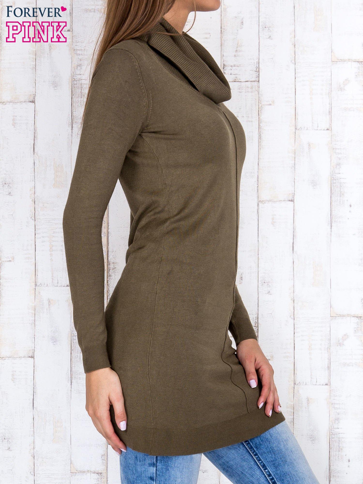 Oliwkowy długi sweter z golfem i dekoltem w prążki                                  zdj.                                  3