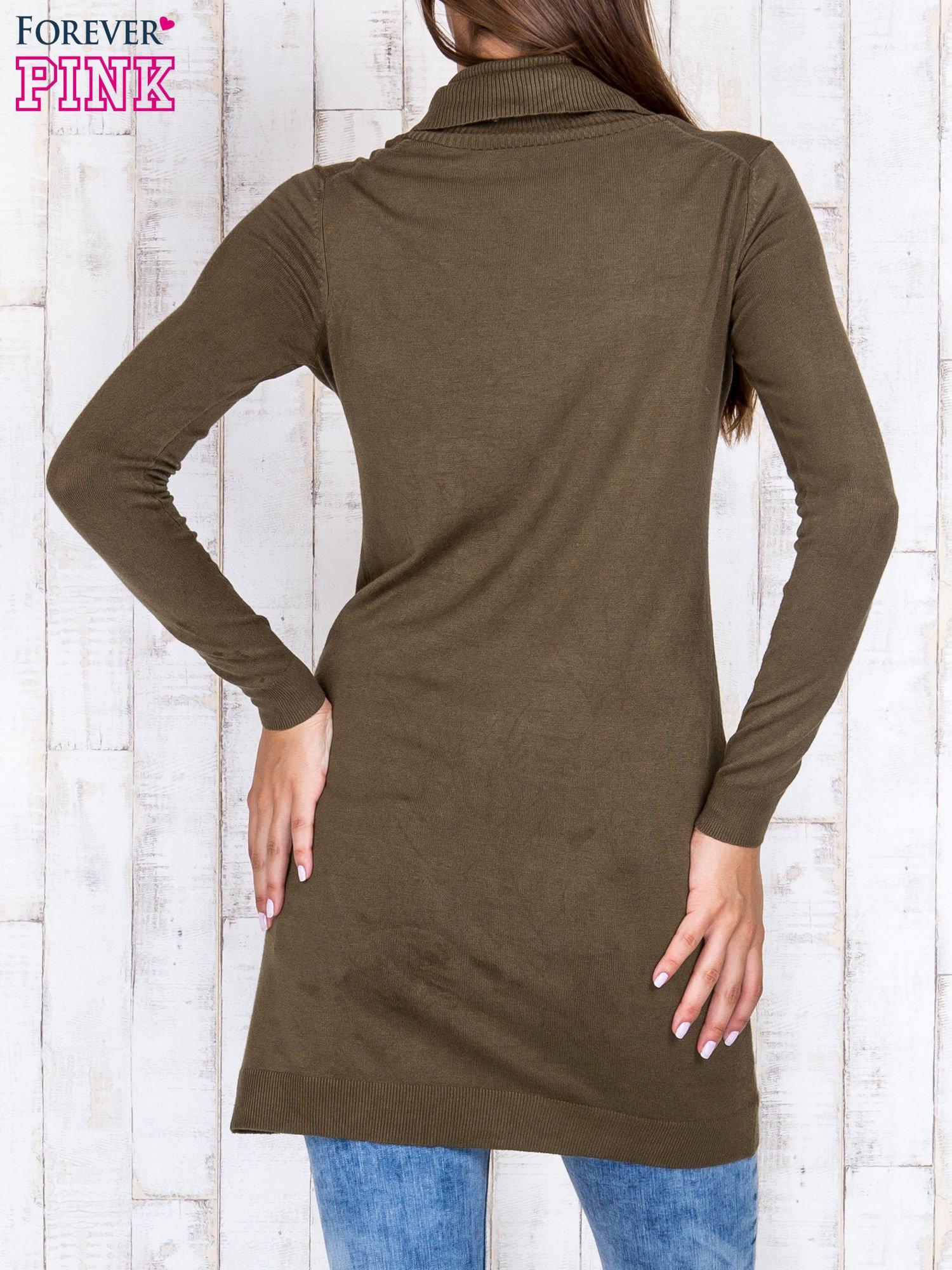 Oliwkowy długi sweter z golfem i dekoltem w prążki                                  zdj.                                  4