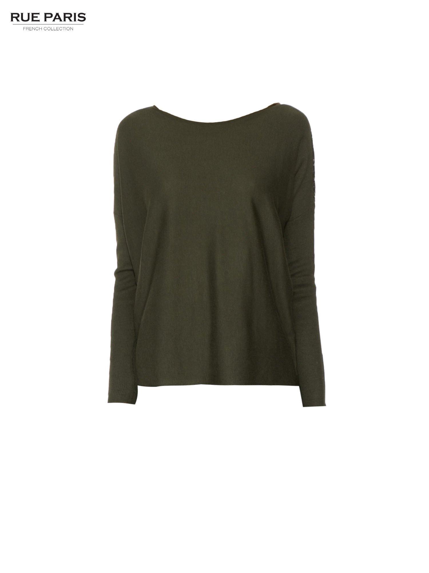 Oliwkowy sweter o nietoperzowym kroju z cekinową aplikacją na rękawach                                  zdj.                                  5