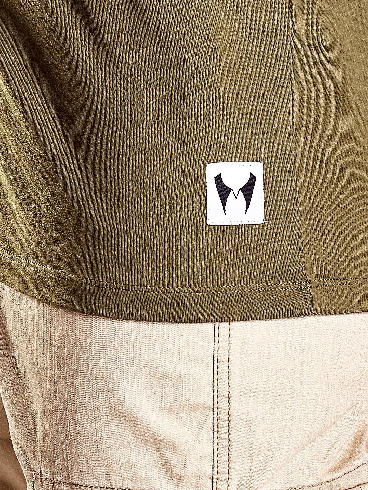Oliwkowy t-shirt męski z nadrukiem moro                                  zdj.                                  8