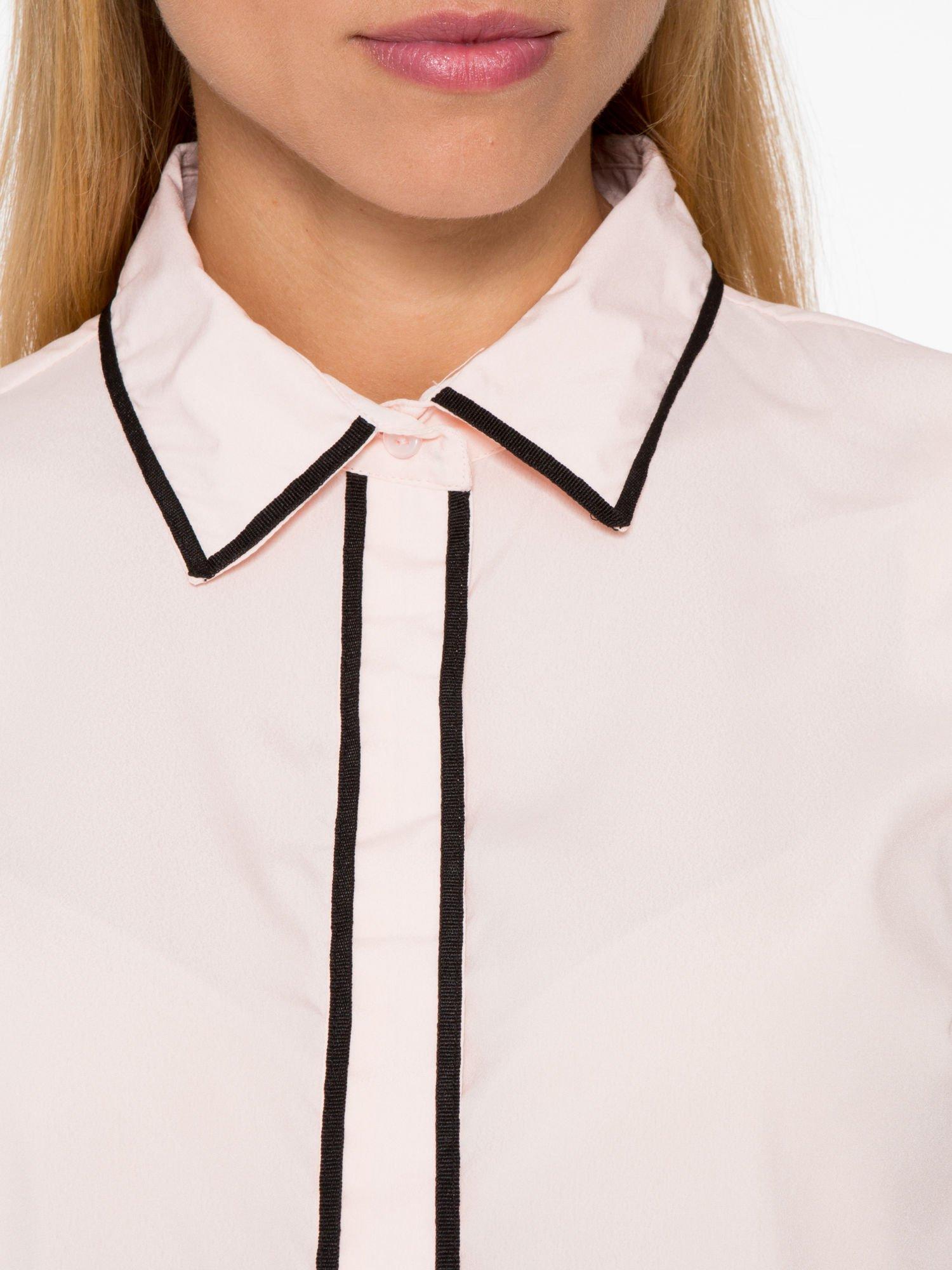 Pasteloworóżowa koszula z małym kołnierzykiem i kontrastowym obszyciem                                  zdj.                                  10