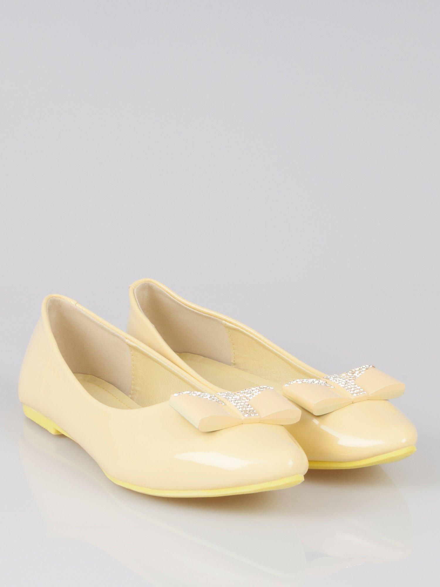 Pastelowożółte lakierowane baleriny Gem z błyszczącą kokardą                                  zdj.                                  1