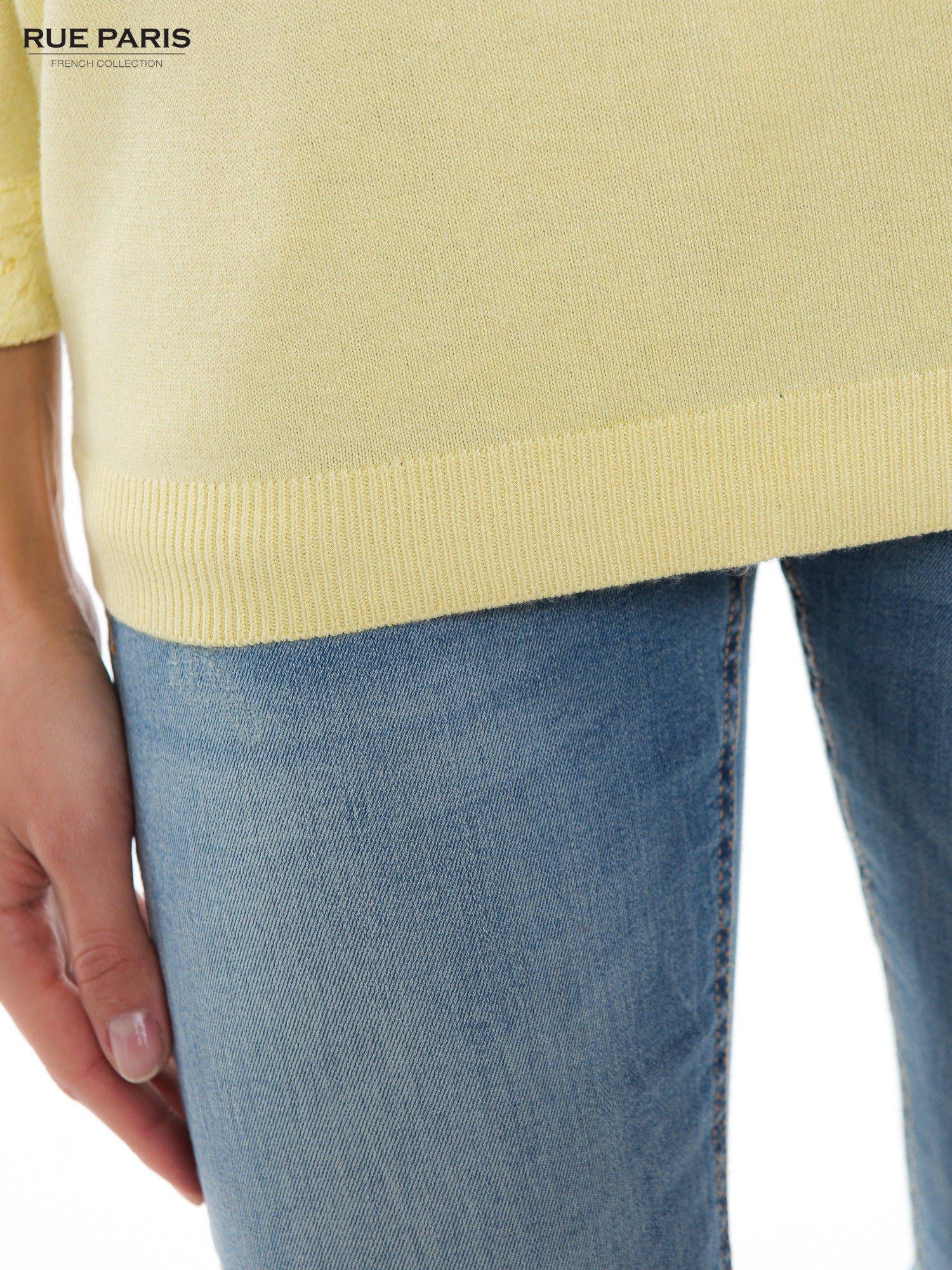 Pastelowożółty sweter z długim rękawem wykończonym koronkowym mankietem                                  zdj.                                  6