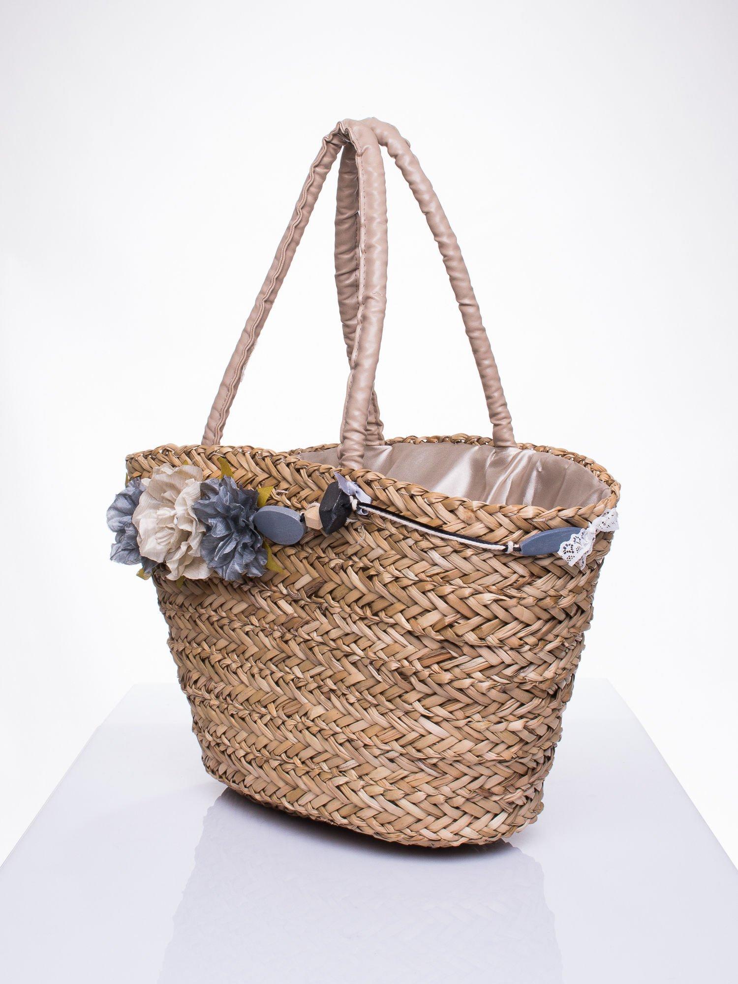 Pleciony koszyk plażowy z niebieskimi ozdobnymi kwiatami                                  zdj.                                  3