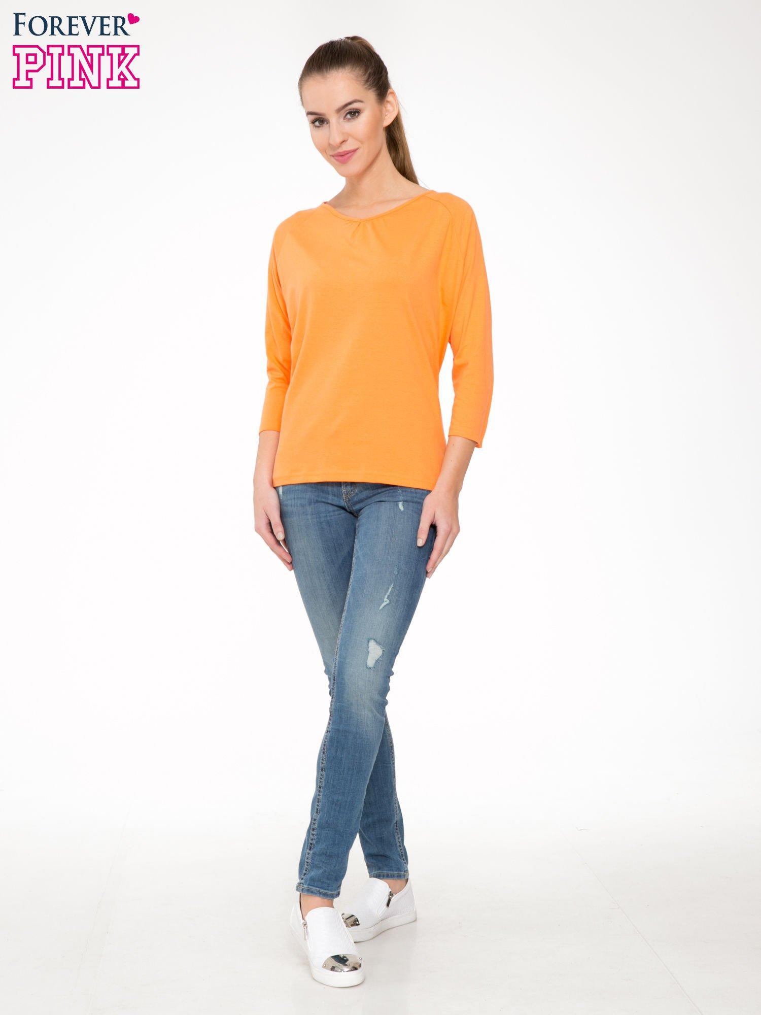 Pomarańczowa bluzka z marszczonym dekoltem i rękawkami 3/4                                  zdj.                                  2