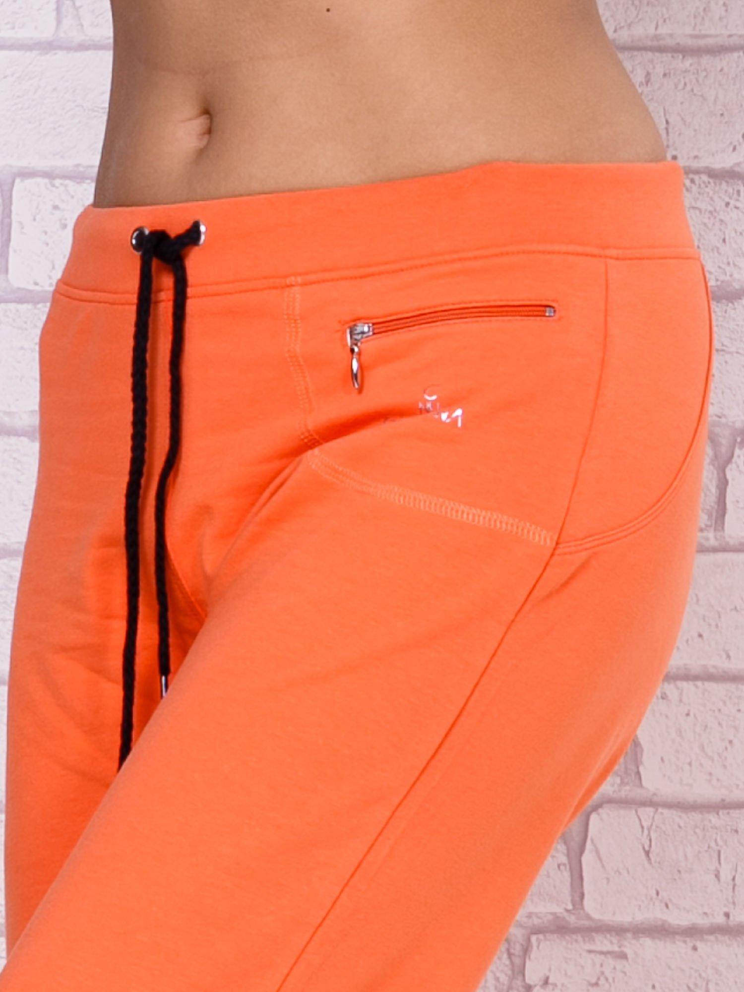 Pomarańczowe spodnie sportowe capri                                  zdj.                                  4