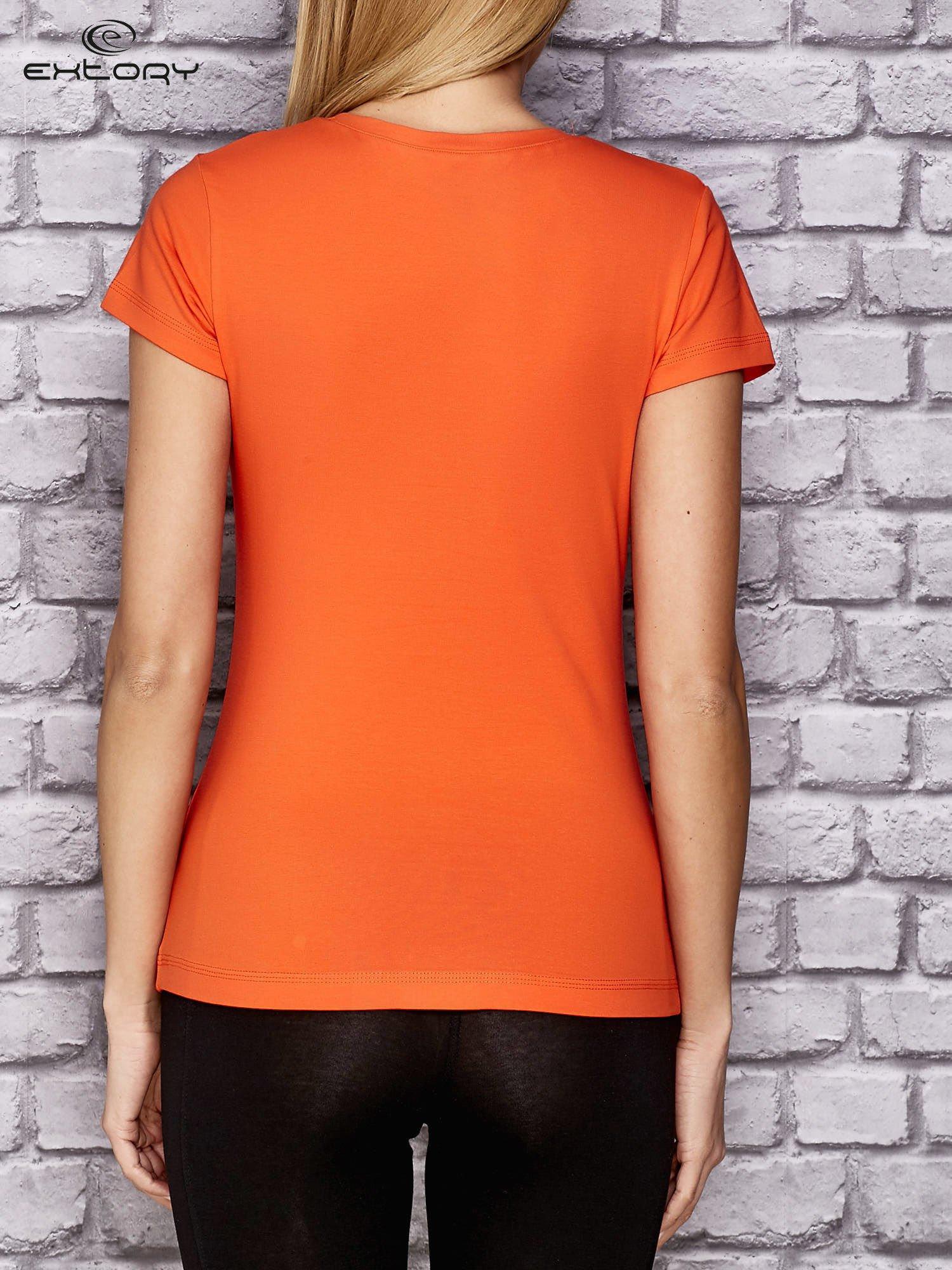 Pomarańczowy damski t-shirt sportowy z modelującymi przeszyciami                                  zdj.                                  2