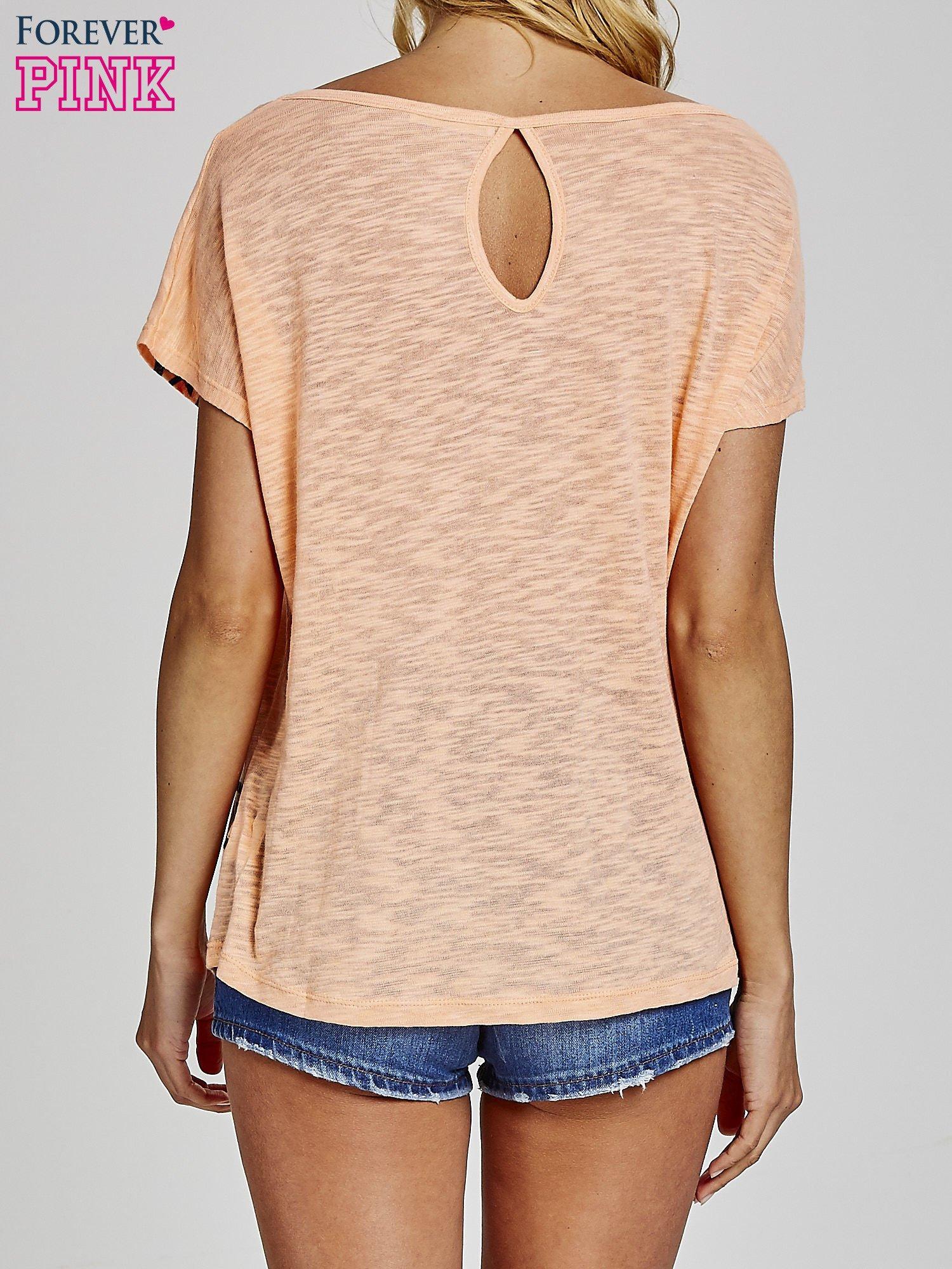 Pomarańczowy t-shirt we wzory azteckie z dżetami                                  zdj.                                  4