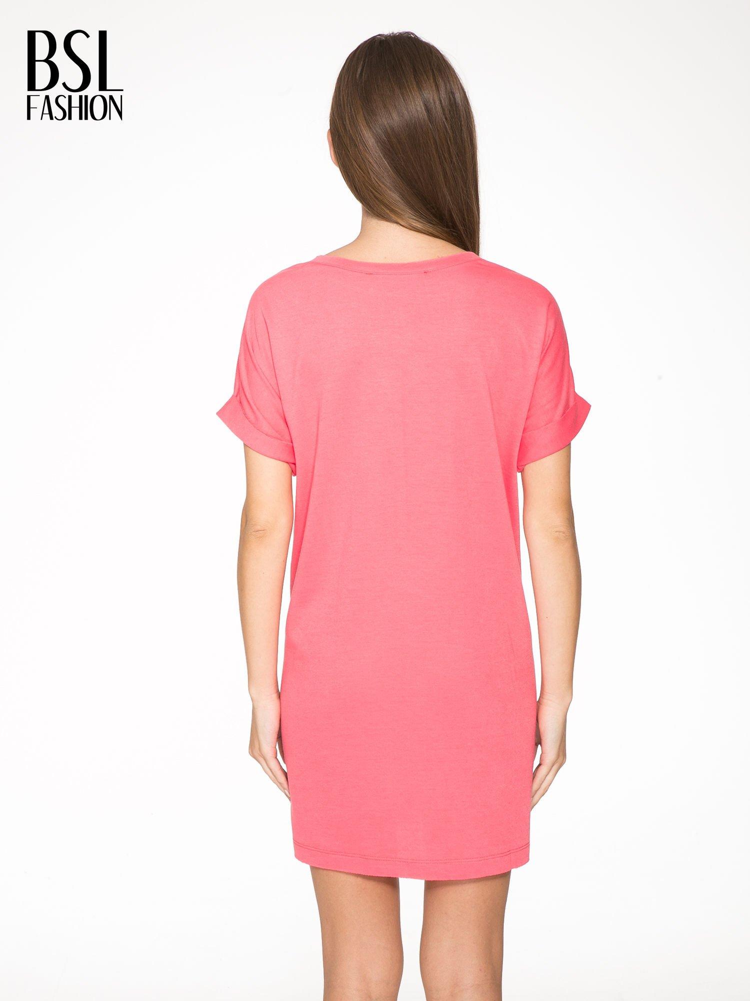 Różowa bluzosukienka z nadrukiem NYC                                  zdj.                                  4