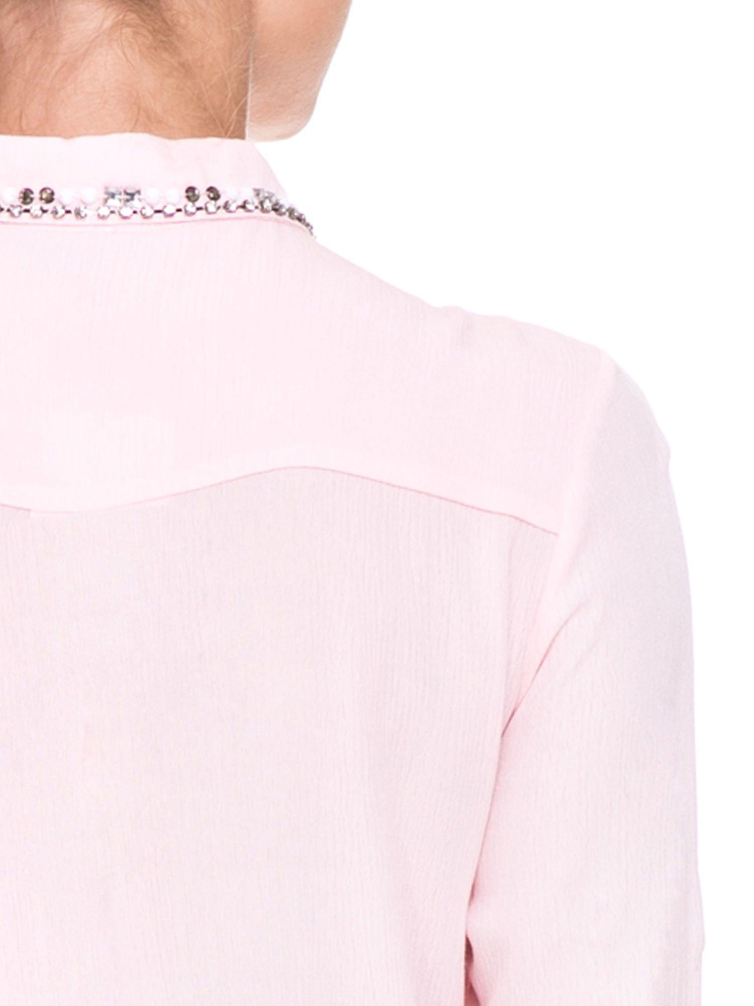 Różowa koszula z biżuteryjnym kołnierzykiem i kieszonkami                                  zdj.                                  10