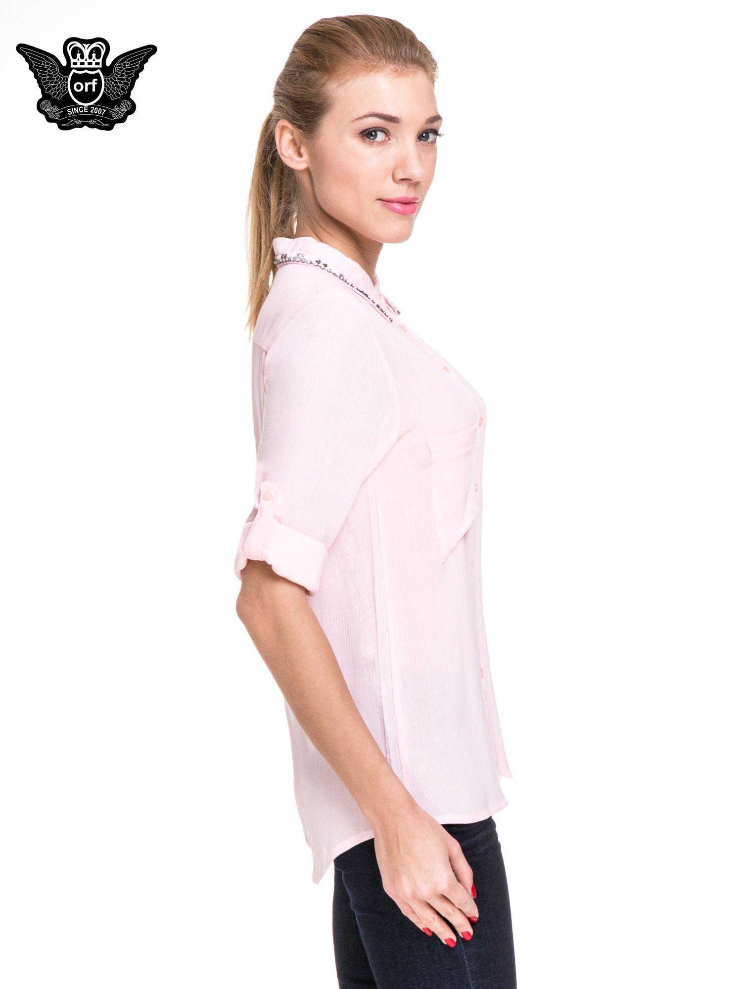 Różowa koszula z biżuteryjnym kołnierzykiem i kieszonkami                                  zdj.                                  5