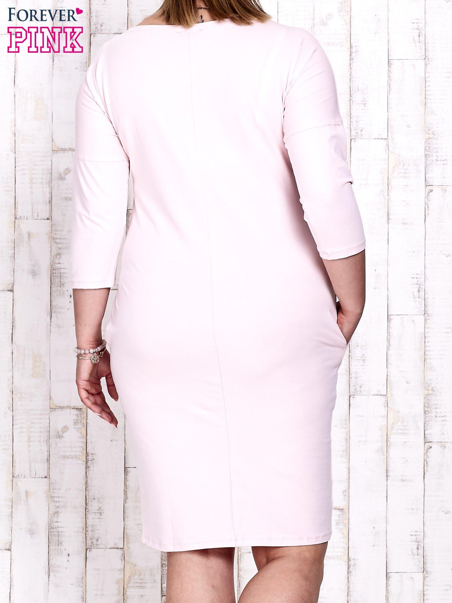 Różowa prosta sukienka dresowa PLUS SIZE                                  zdj.                                  4
