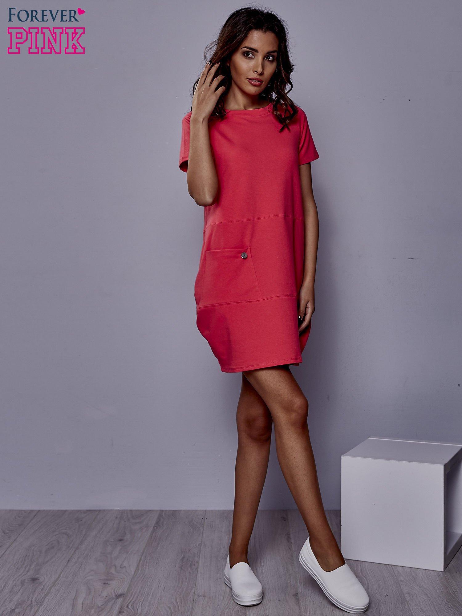 Różowa sukienka dresowa z kieszenią z boku                                  zdj.                                  2
