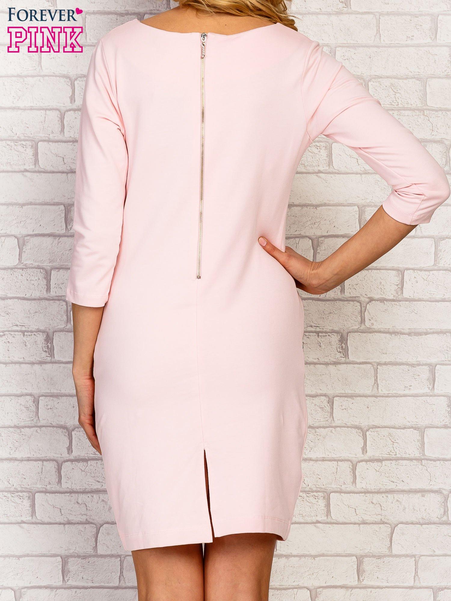 Różowa sukienka z kieszeniami na suwak                                  zdj.                                  4