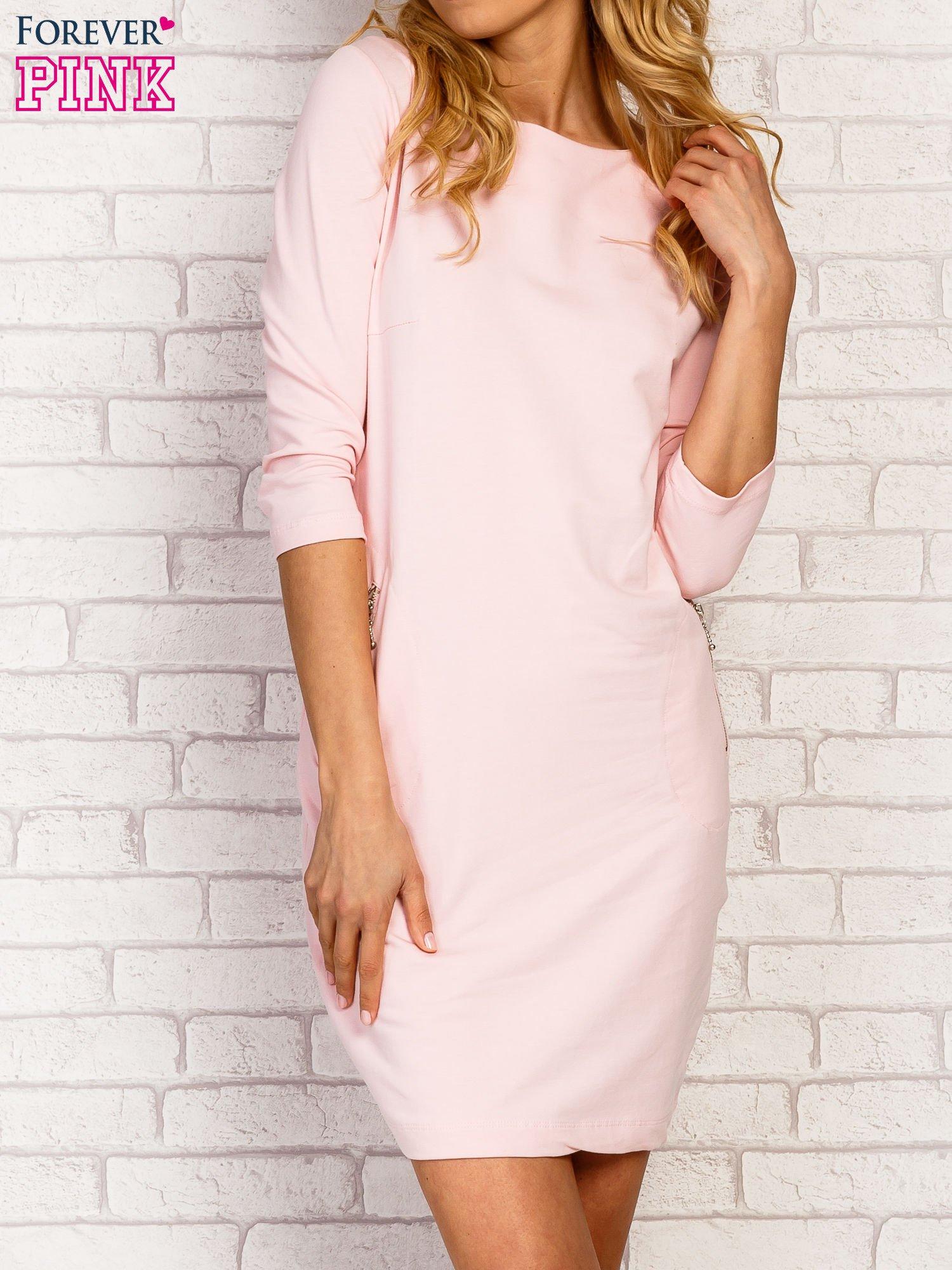 Różowa sukienka z kieszeniami na suwak                                  zdj.                                  5