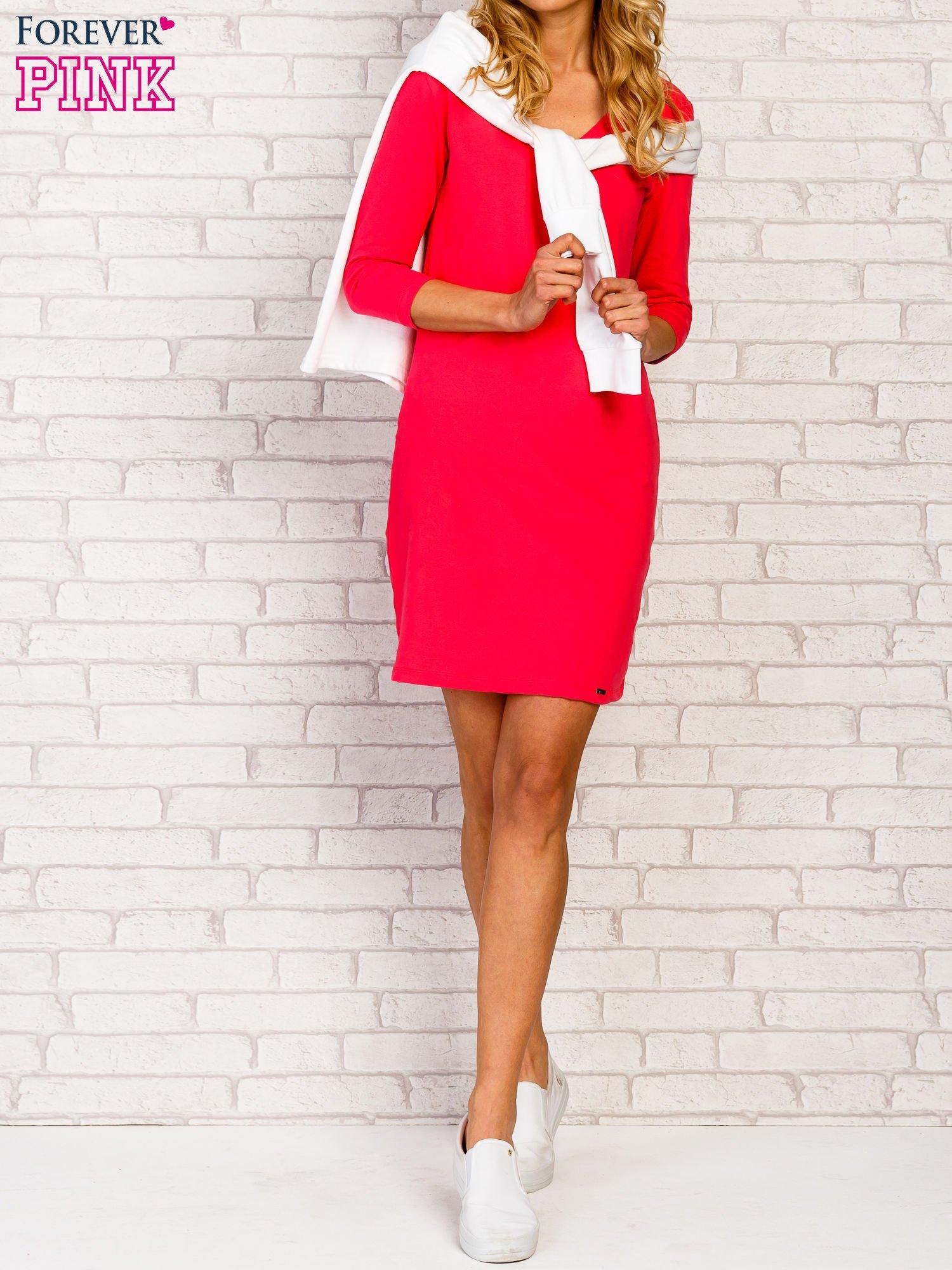 Różowa sukienka z trójkątnym dekoltem                                  zdj.                                  2