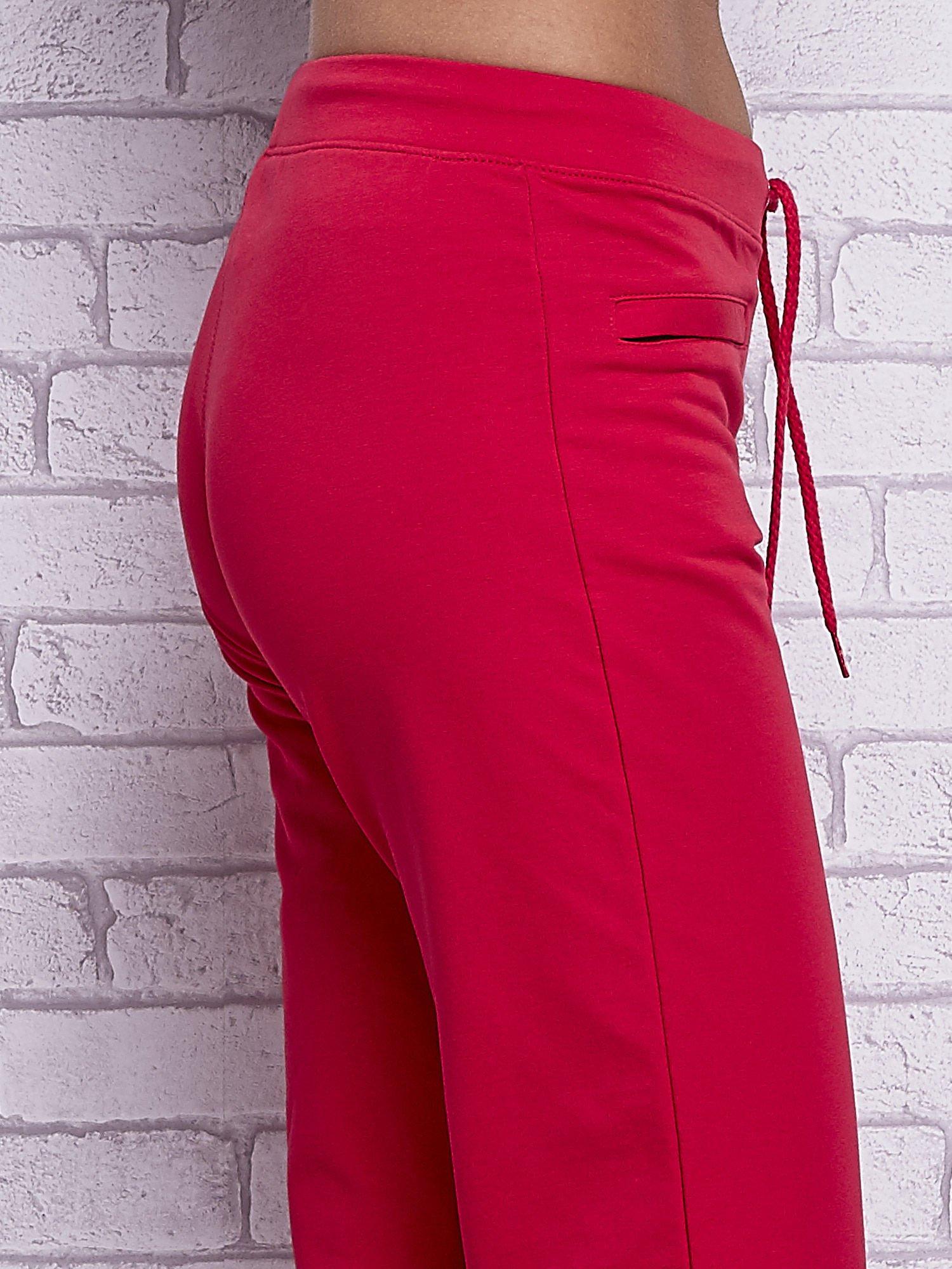 Różowe spodnie capri z wszytymi kieszonkami                                  zdj.                                  5