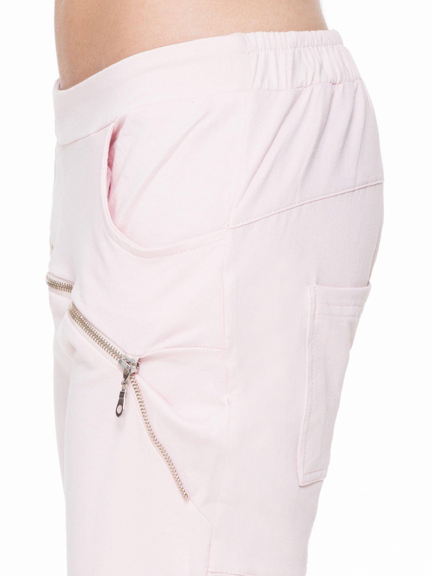 Różowe spodnie dresowe typu baggy z suwakiem                                  zdj.                                  6