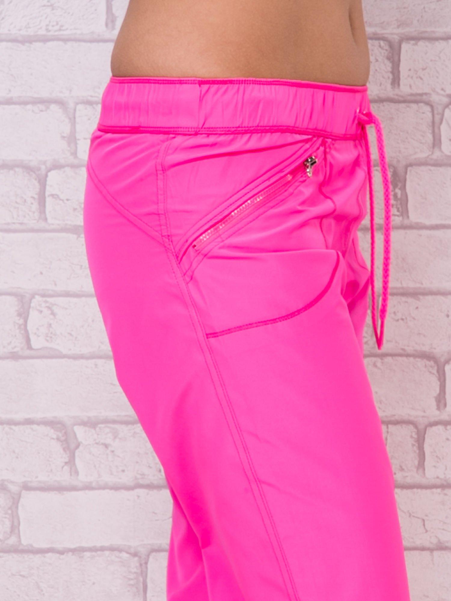 Różowe spodnie sportowe capri z wiązaniem                                  zdj.                                  4