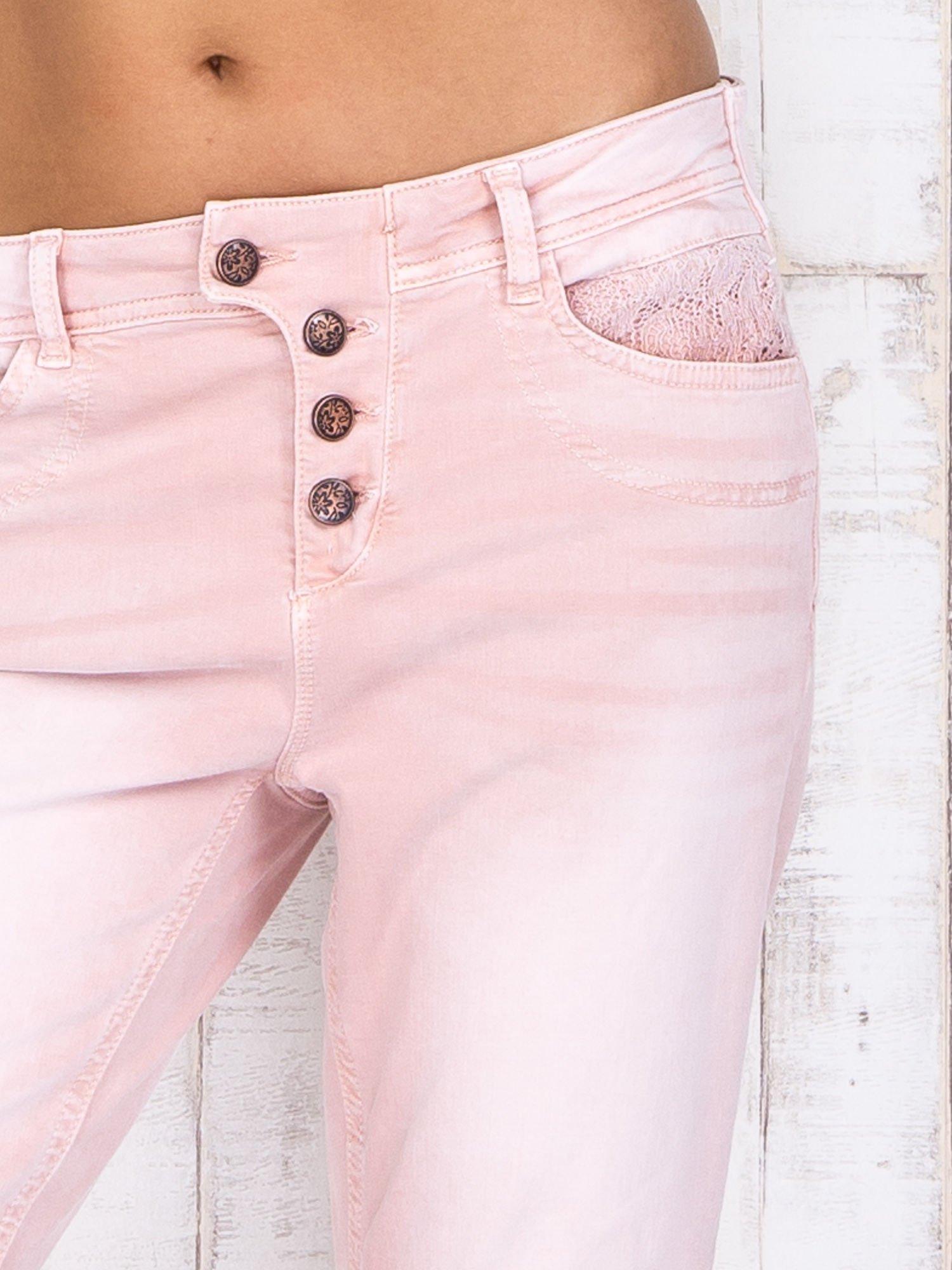 Różowe strechowe spodnie z koronką przy kieszeni                                  zdj.                                  4