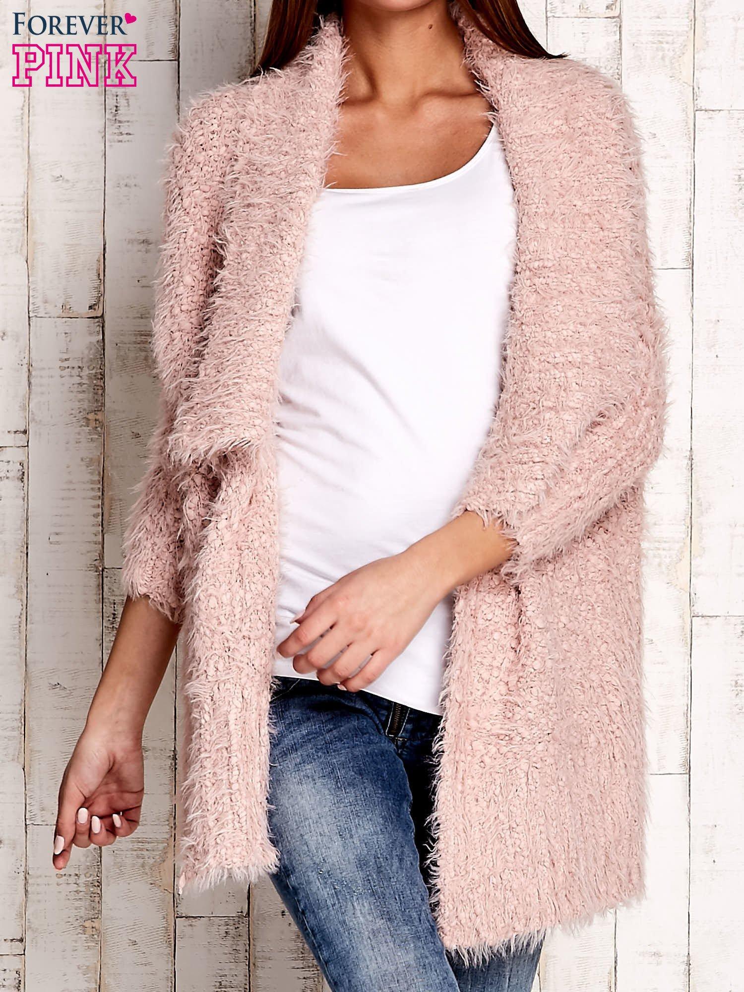 Różowy asymetryczny sweter z szerokim kołnierzem                                  zdj.                                  1