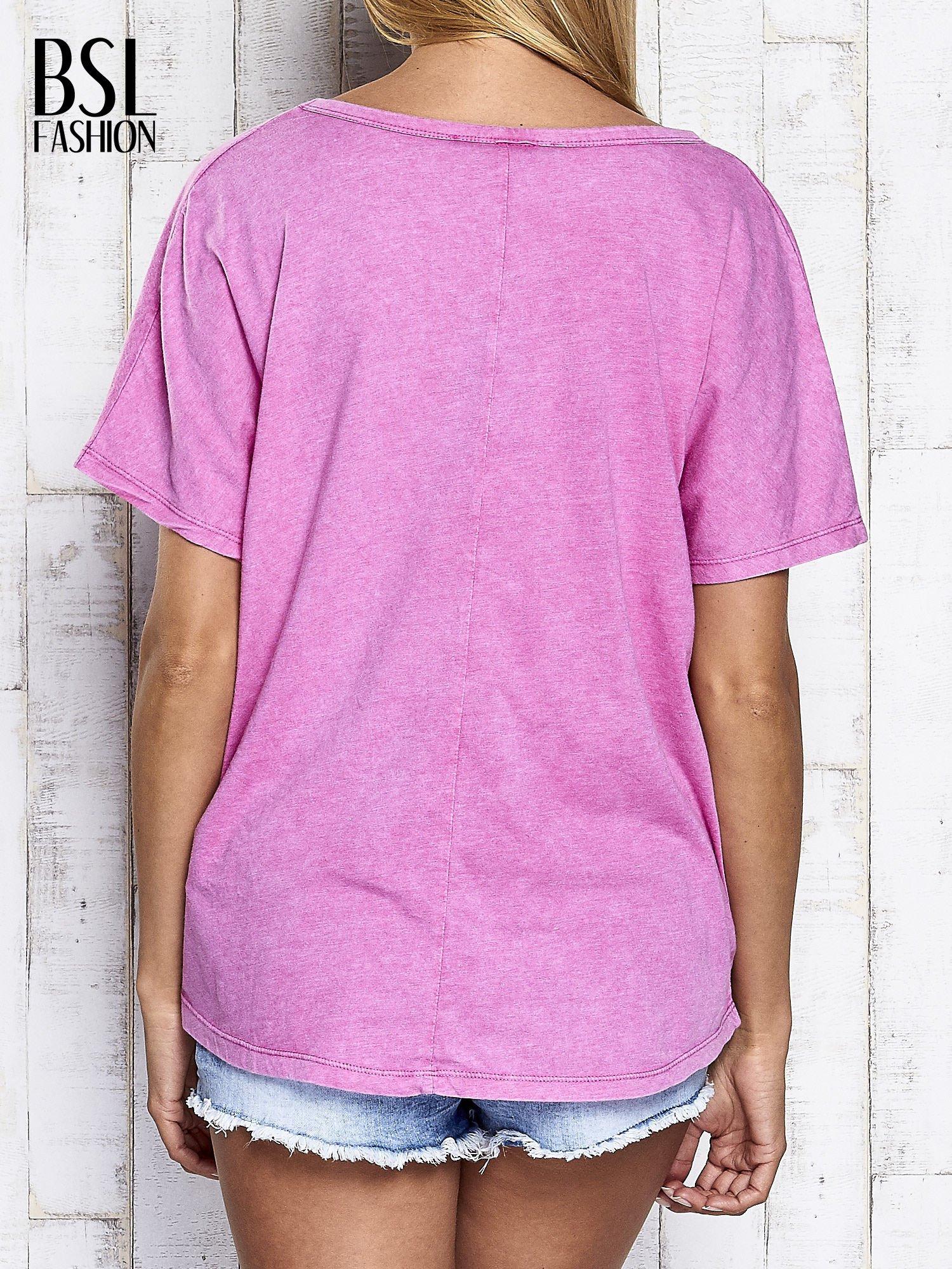 Różowy t-shirt oversize z orientalnym nadrukiem                                  zdj.                                  5