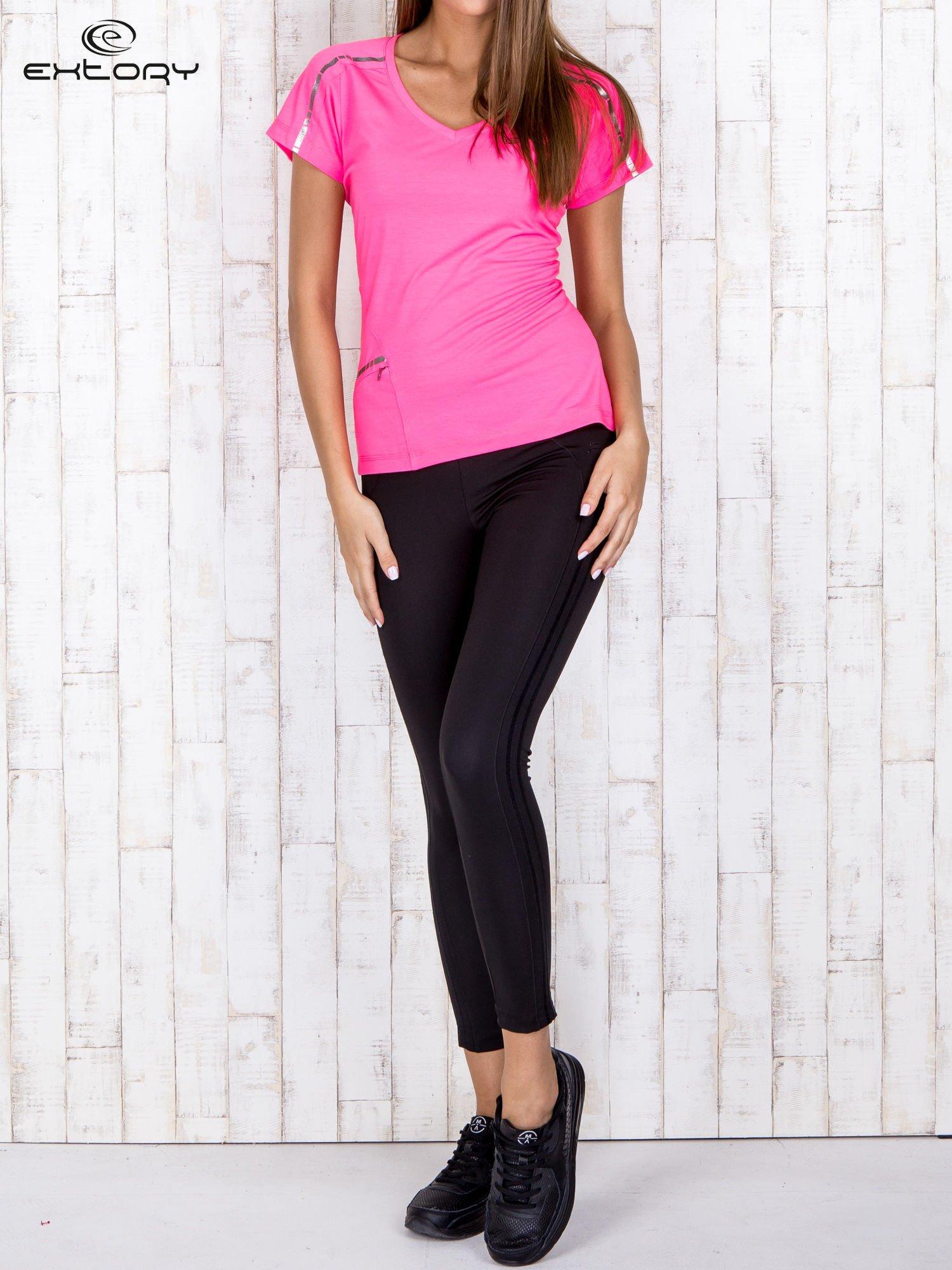Różowy t-shirt sportowy z kieszonką i metalicznym nadrukiem                                  zdj.                                  2