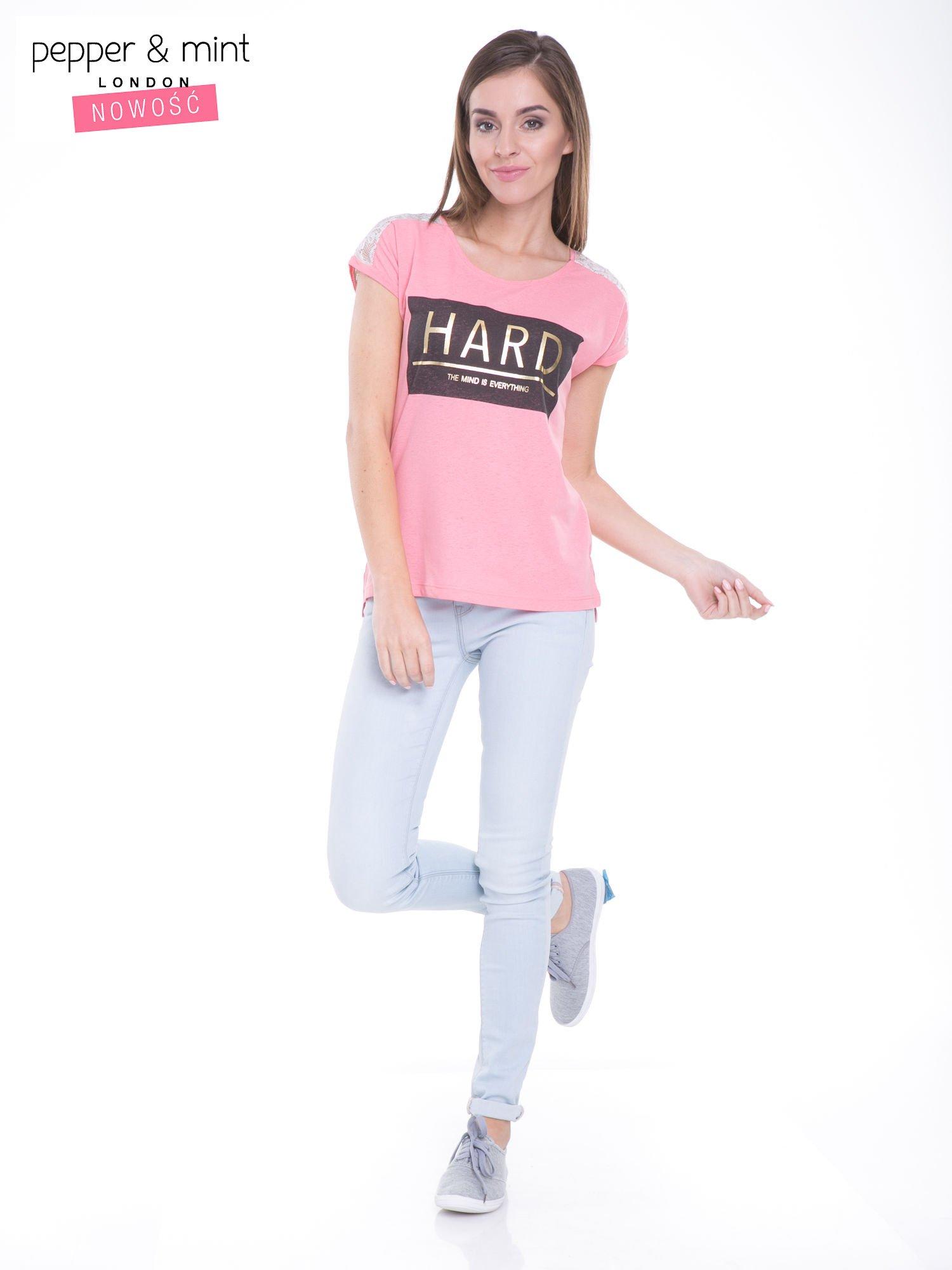 Różowy t-shirt z metalicznym nadrukiem HARD i koronkową wstawką z tyłu                                  zdj.                                  5