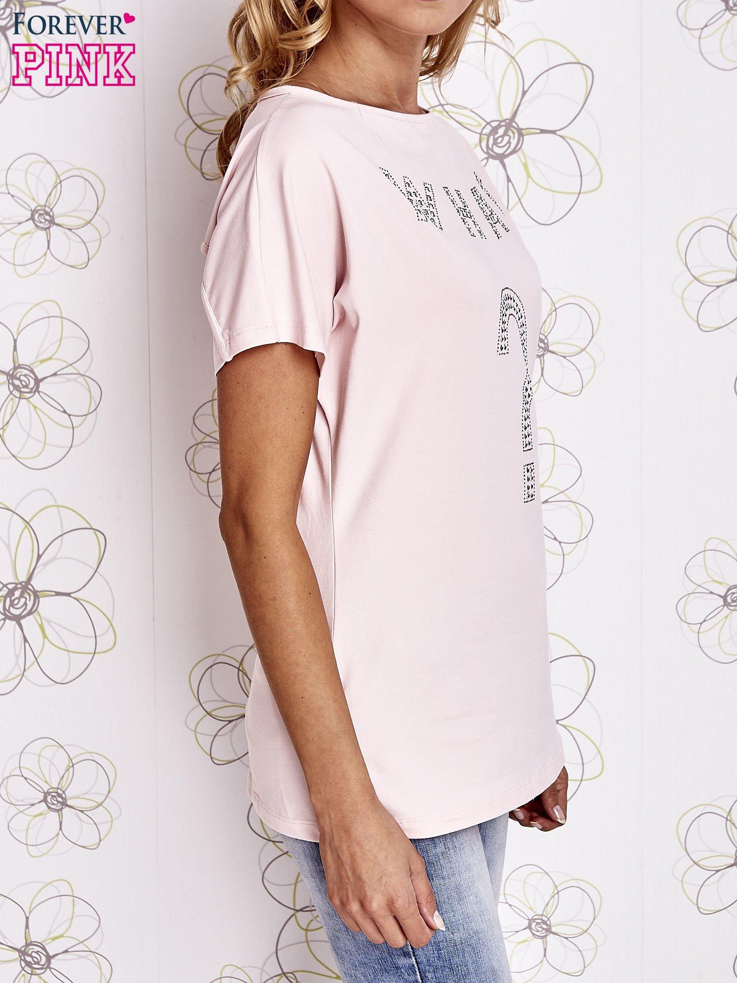 Różowy t-shirt z napisem i trójkątnym wycięciem na plecach                                  zdj.                                  3