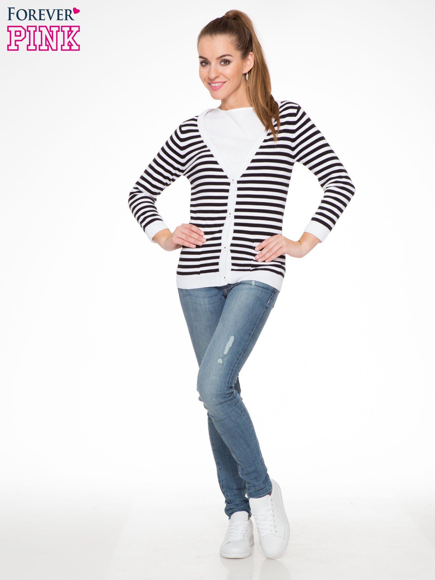 Rozpinany sweter w biało-czarne paski z kieszonkami po bokach                                  zdj.                                  2