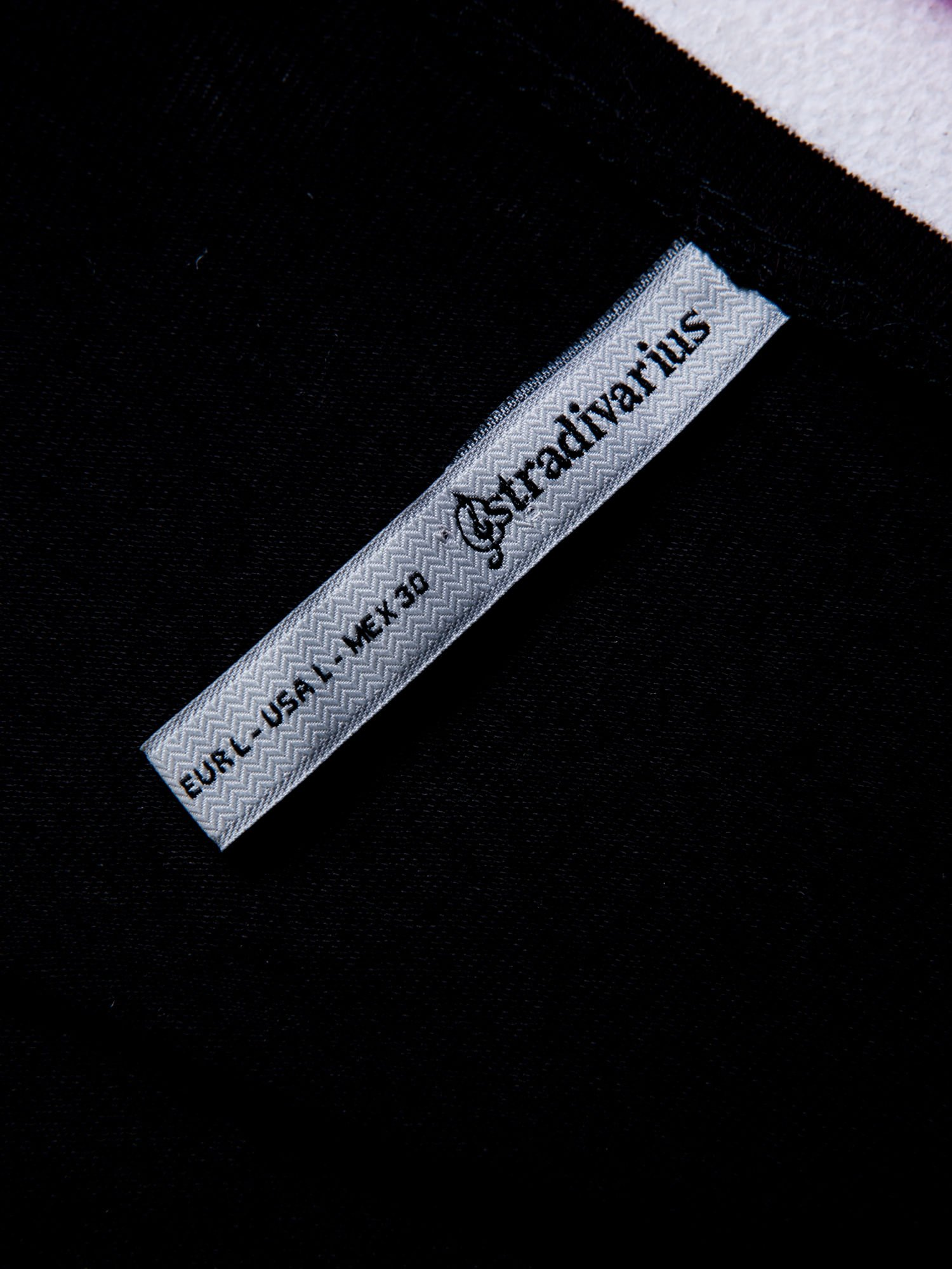 STRADIVARIUS Czarna bluzka z rękawami typu reglan i napisem I'M THE HERO OF THIS STORY                                  zdj.                                  3