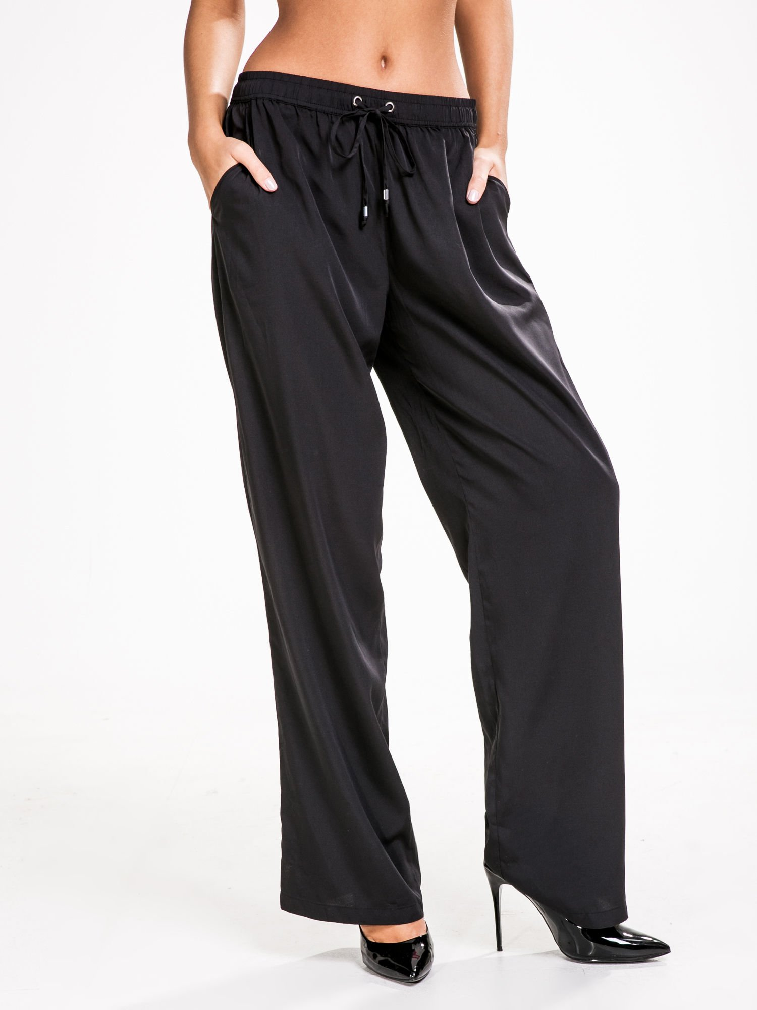 STRADIVARIUS Czarne spodnie z lejącej tkaniny z szeroką nogawką                                  zdj.                                  1