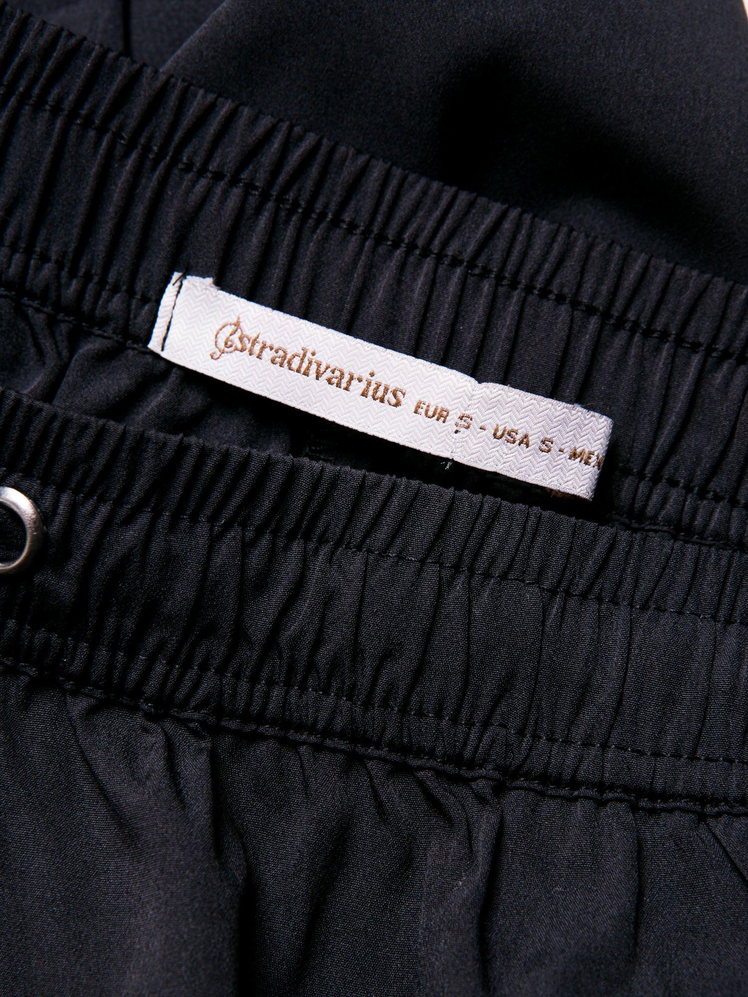 STRADIVARIUS Czarne spodnie z lejącej tkaniny z szeroką nogawką                                  zdj.                                  3