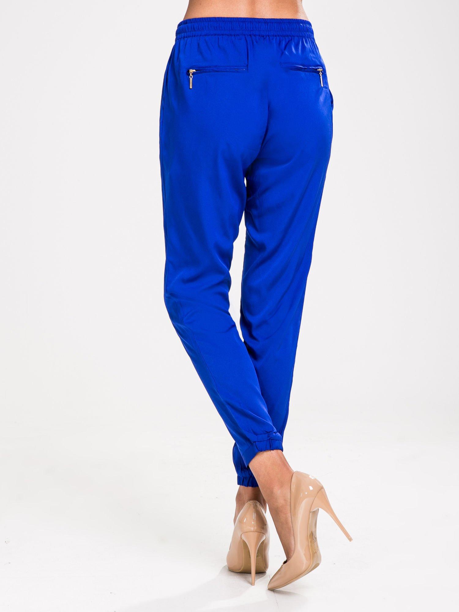 STRADIVARIUS Kobaltowe spodnie z lejącej tkaniny z kieszeniami                                  zdj.                                  2