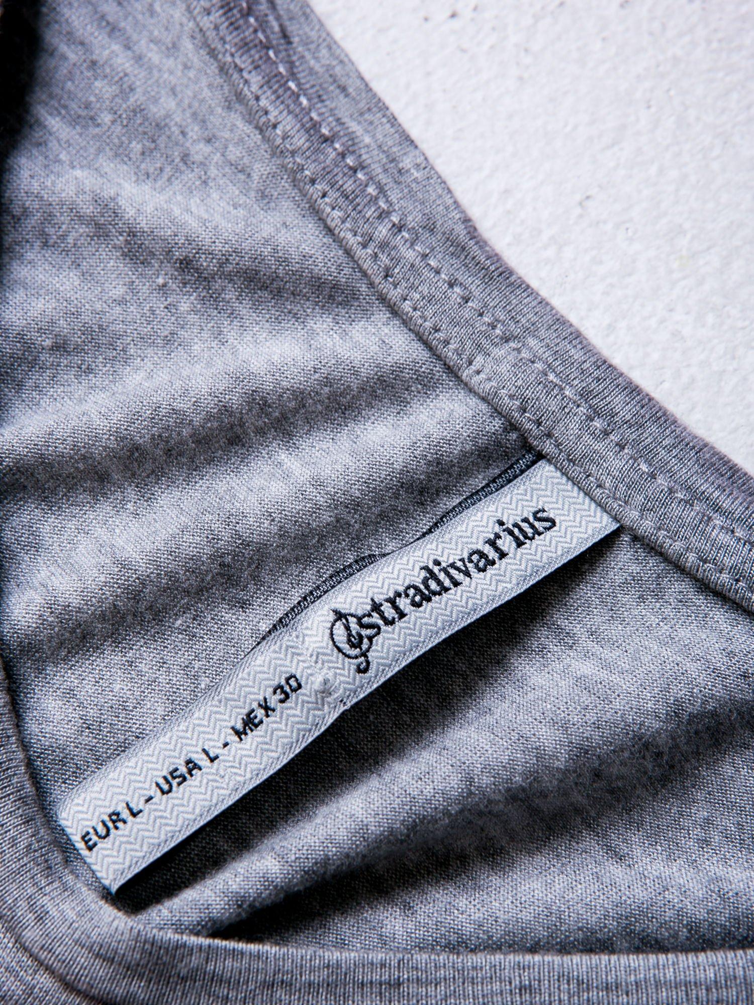 STRADIVARIUS Szary t-shirt z nadrukiem kotka                                  zdj.                                  3