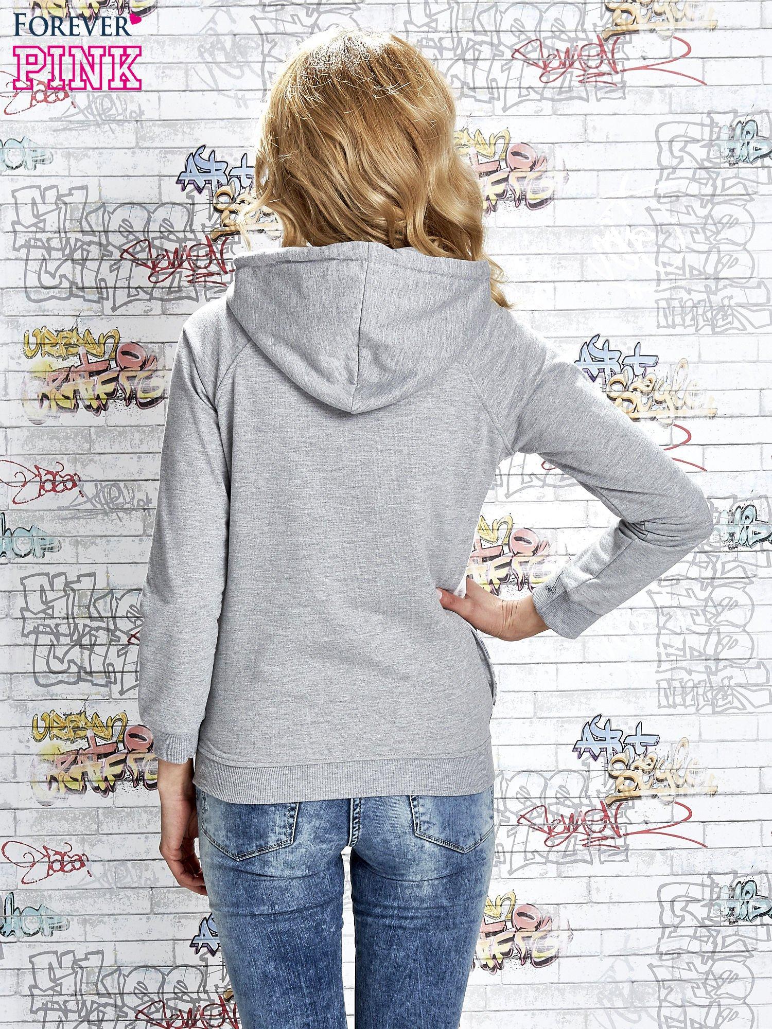 Szara bluza z kapturem i miejskim nadrukiem                                   zdj.                                  4