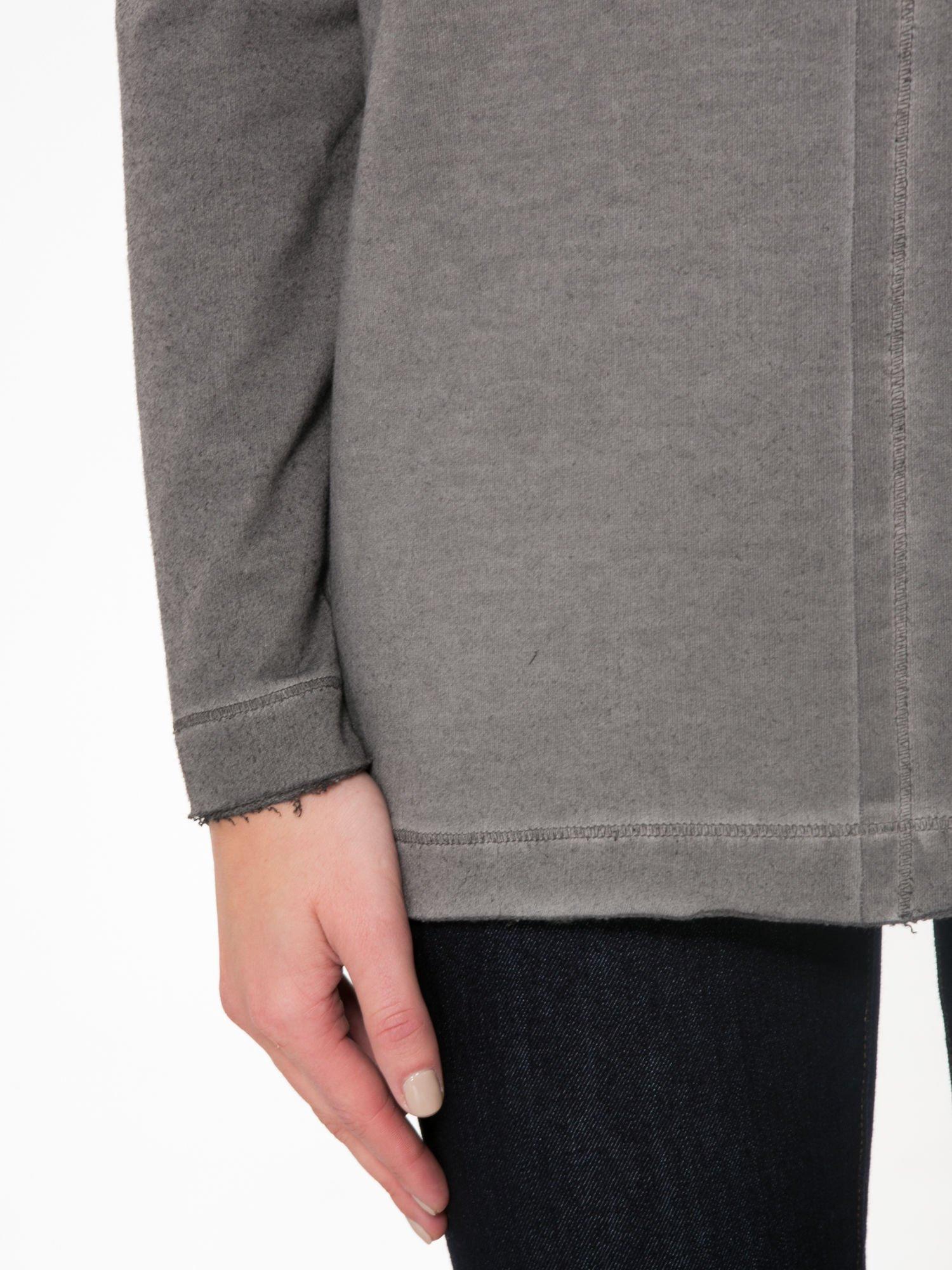 Szara bluza z surowym wykończeniem i widocznymi szwami                                  zdj.                                  6