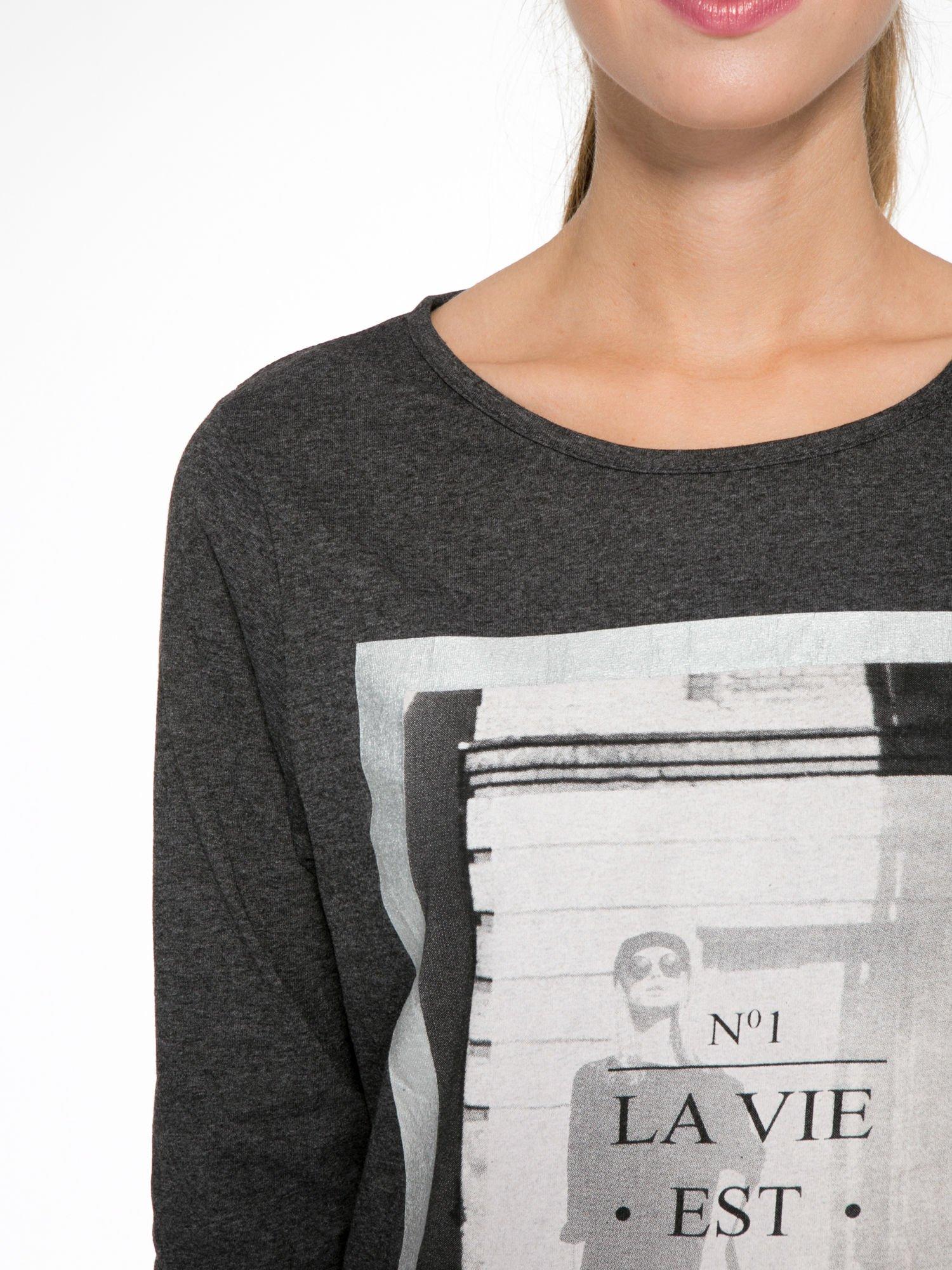 Szara bluzka w stylu fashion z nadrukiem LA VIE EST BELLE                                  zdj.                                  6